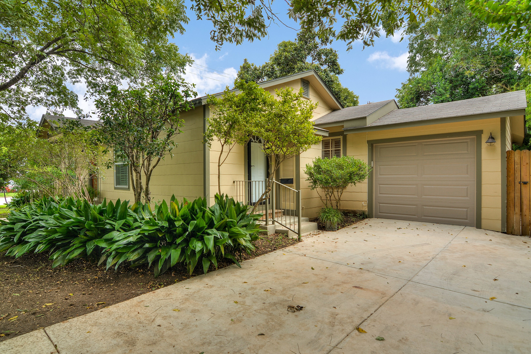 Additional photo for property listing at Charming Home in Alamo Heights 280 E Fair Oaks Pl San Antonio, Texas 78209 Estados Unidos