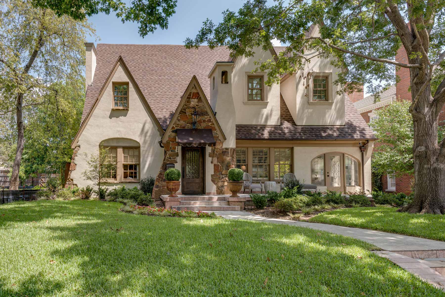 Moradia para Venda às Beautifully Restored Highland Park Tudor 4532 Belclaire Ave Dallas, Texas, 75205 Estados Unidos