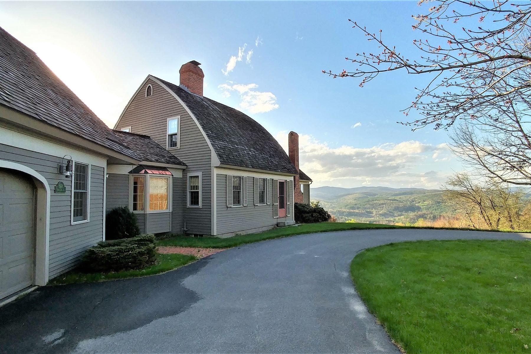 Maison unifamiliale pour l Vente à Lovely home on Roxbury Northfield line 1970 Winch Hill Northfield, Vermont, 05663 États-Unis