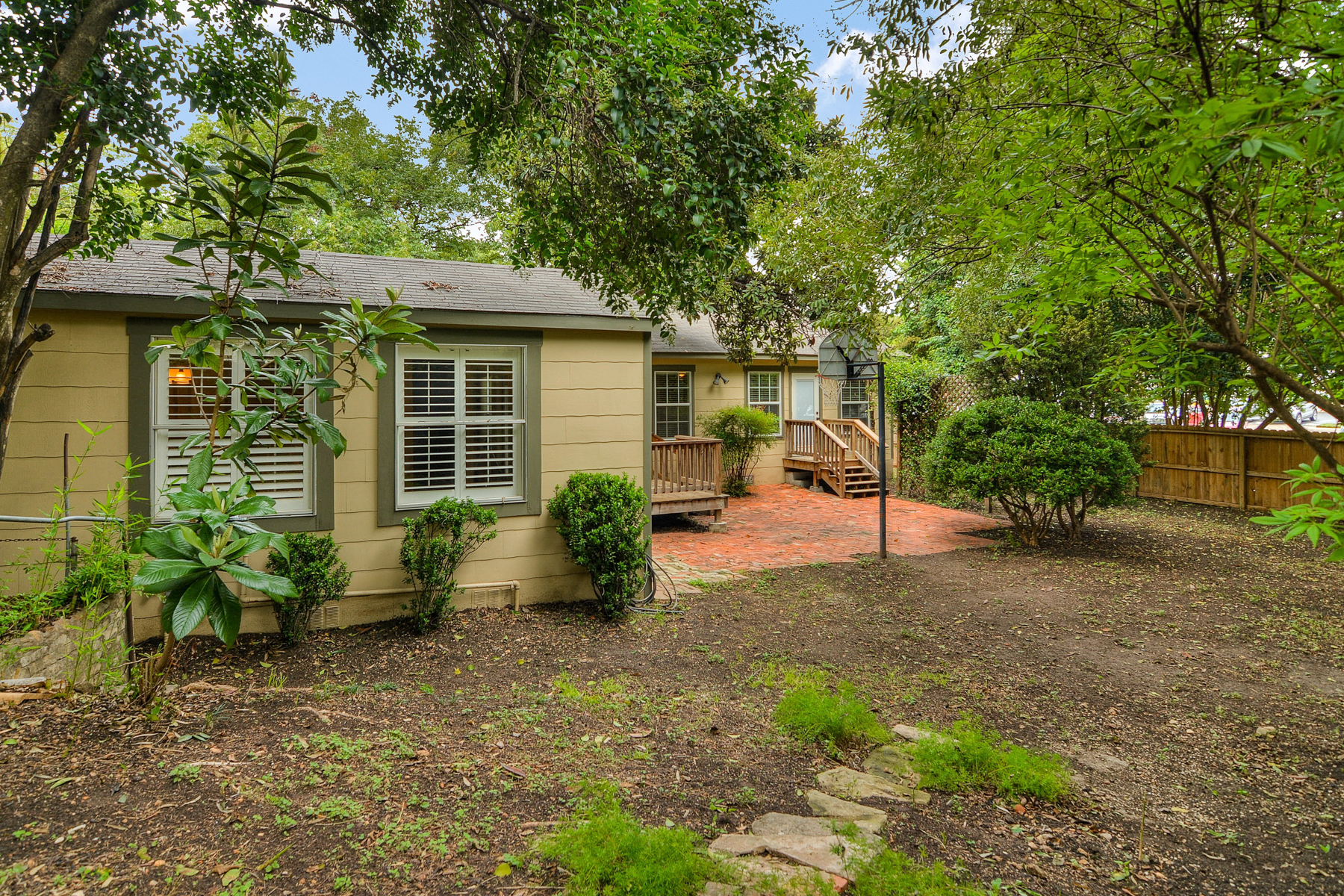 Additional photo for property listing at Charming Home in Alamo Heights 280 E Fair Oaks Pl San Antonio, Texas 78209 United States