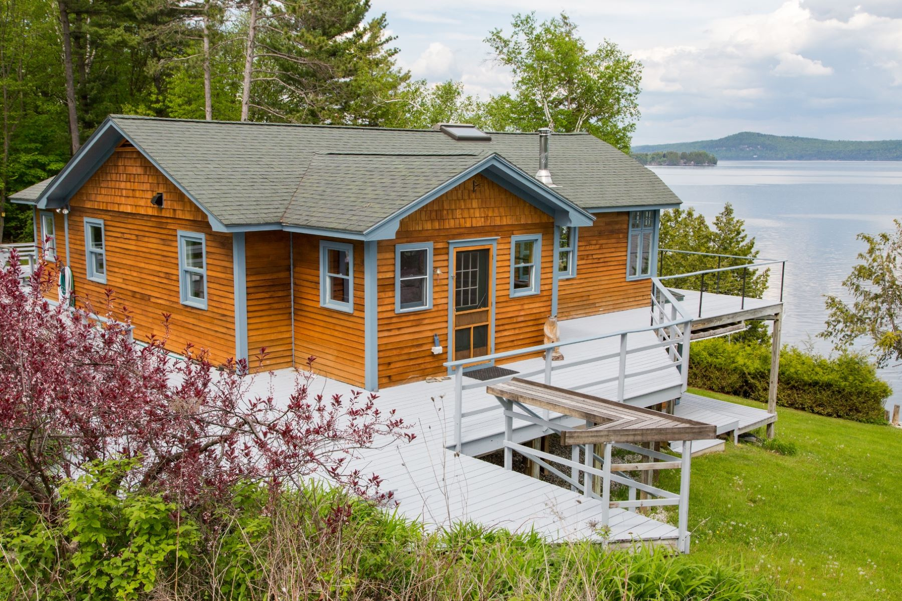 Casa Unifamiliar por un Venta en Lake Champlain Vermont Renovated Cottage Home 58 Richards South Hero, Vermont, 05486 Estados Unidos