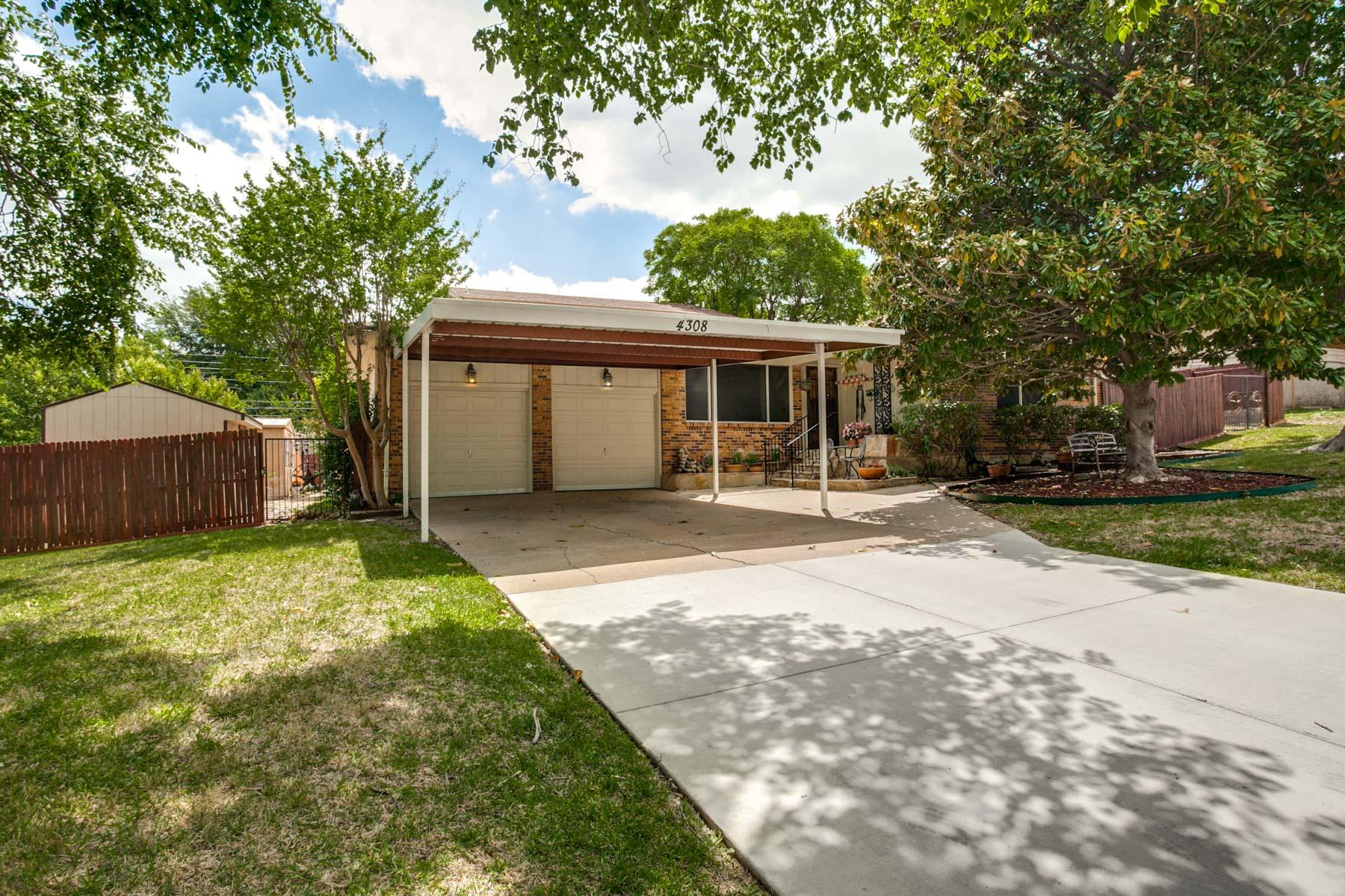 Casa Unifamiliar por un Venta en Highland Lake Famiily Home 4308 Highland Lake Dr Fort Worth, Texas, 76135 Estados Unidos