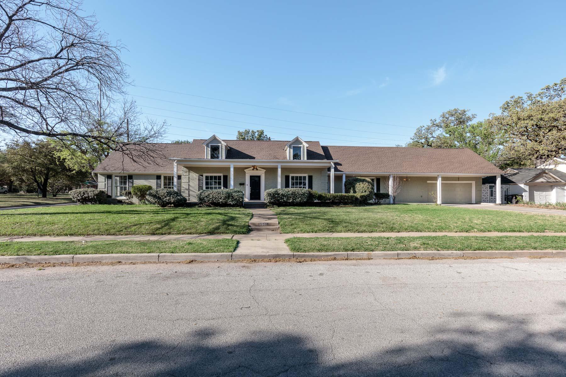 Casa Unifamiliar por un Venta en 2501 Carnation Ave, Fort Worth Fort Worth, Texas, 76111 Estados Unidos