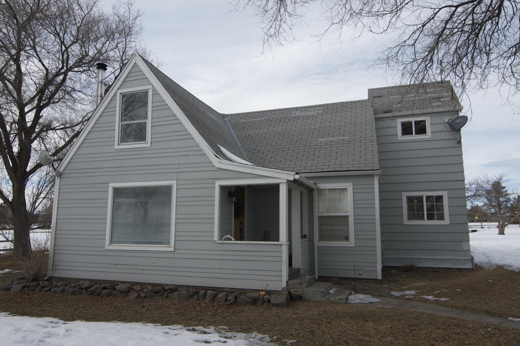 Maison unifamiliale pour l Vente à Mini Farm with Maxi Views 7463 SW Canal Blvd Redmond, Oregon, 97756 États-Unis