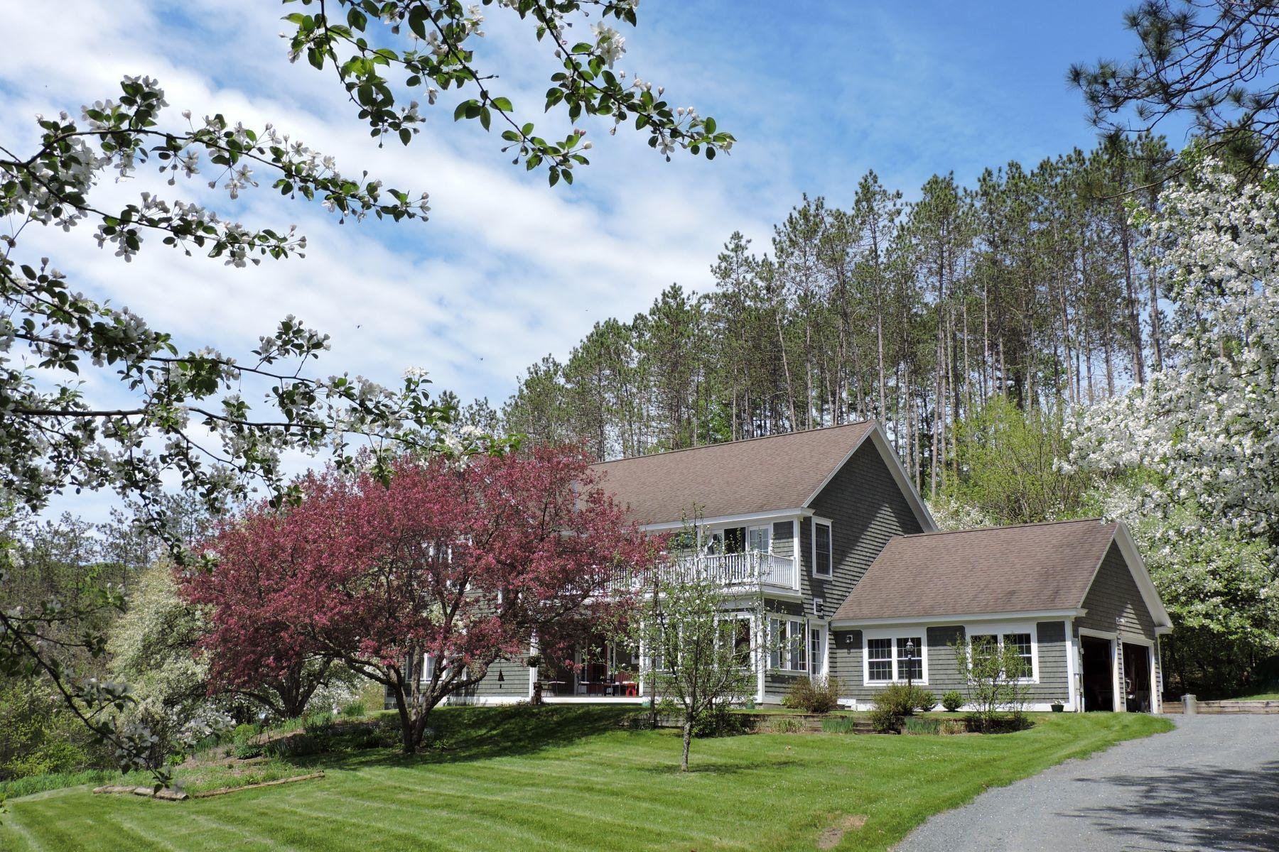 Maison unifamiliale pour l Vente à Spacious home on Joe's Brook 311 Brook Hill Rd Barnet, Vermont, 05821 États-Unis