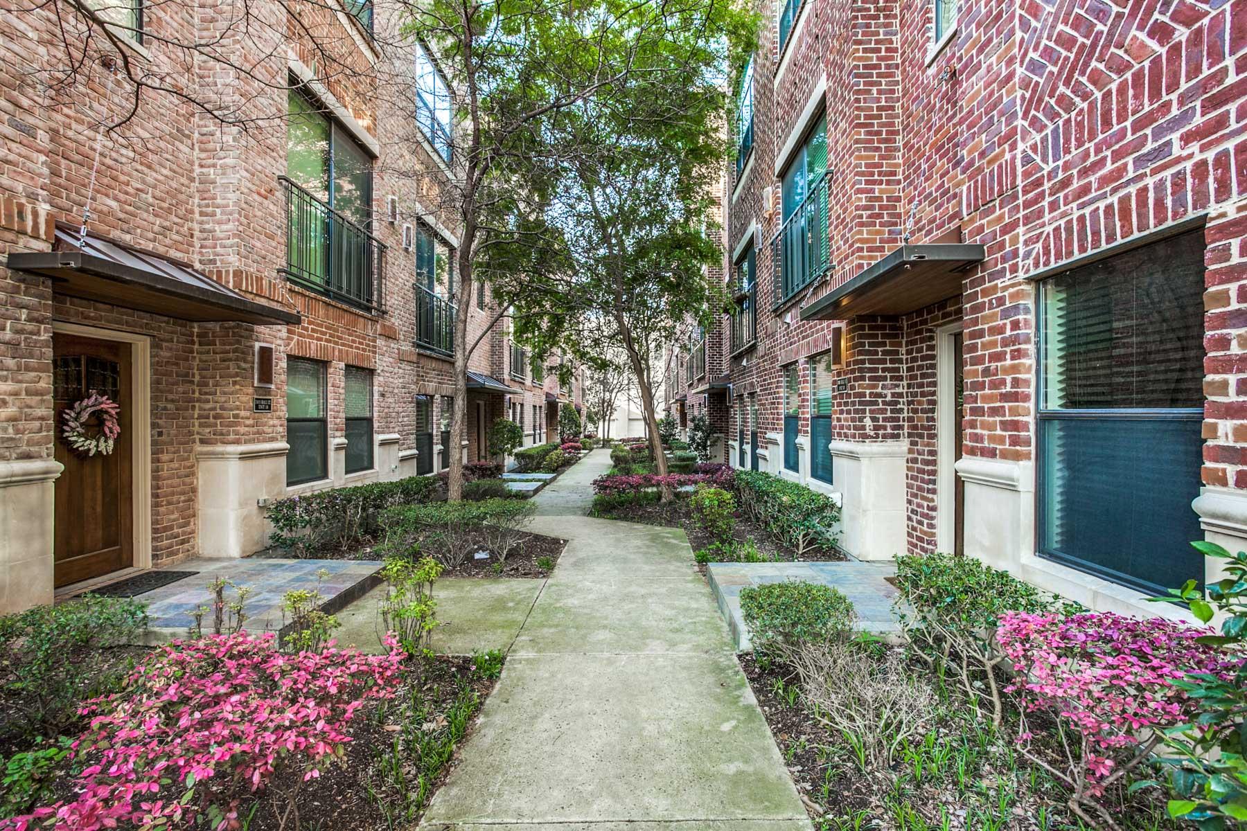 Einfamilienhaus für Verkauf beim Tasteful Townhome in Uptown 2411 N Hall St 19 Dallas, Texas, 75204 Vereinigte Staaten