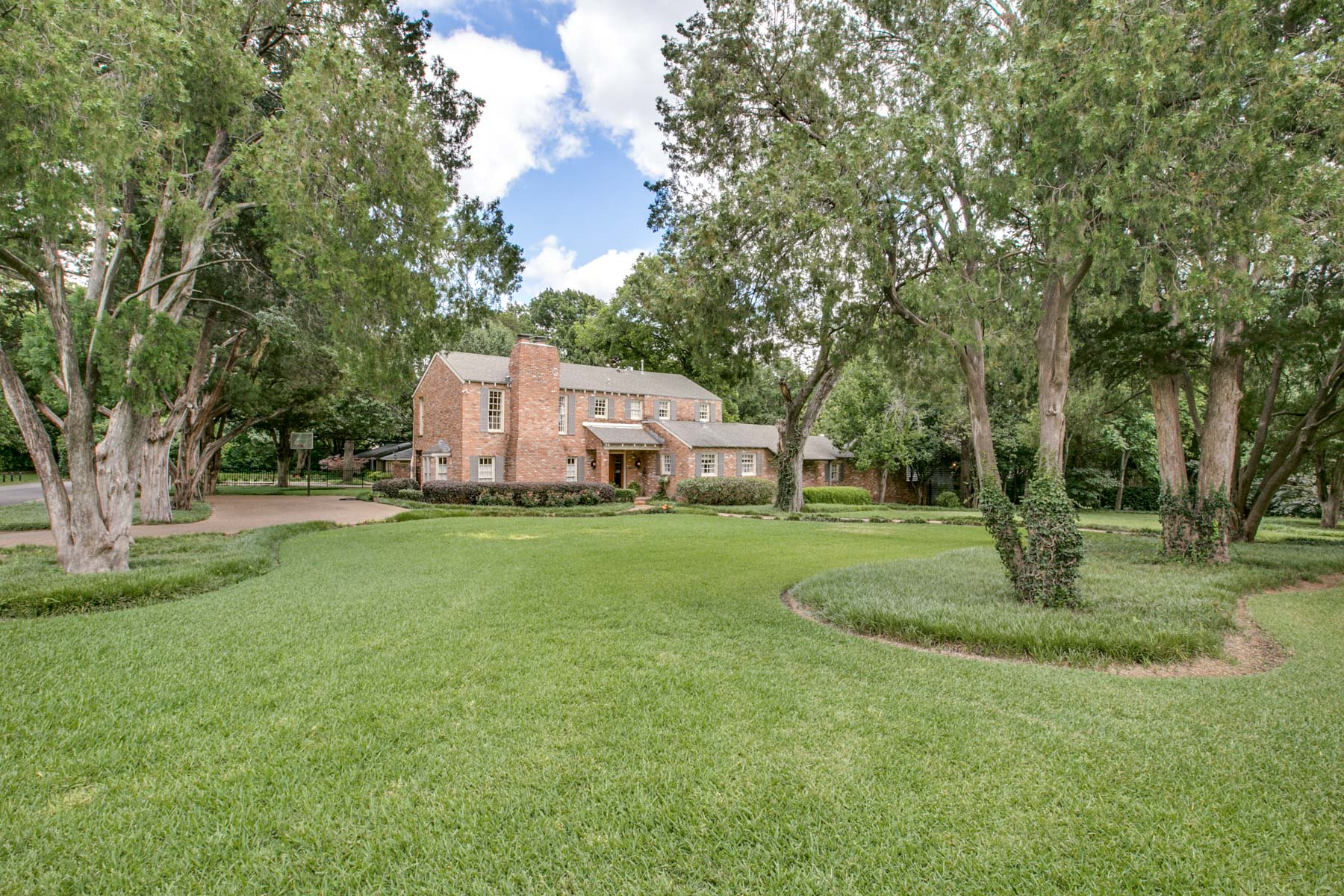 단독 가정 주택 용 매매 에 Classic English Home on Large Gorgeous Lot 9362 Hathaway St Dallas, 텍사스, 75220 미국