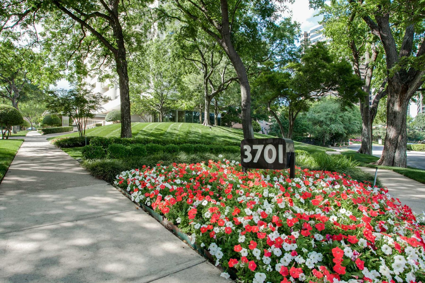 Частный односемейный дом для того Продажа на Fabulous 1 bedroom high-rise condo on Turtle Creek 3701 Turtle Creek Blvd 6D Dallas, Техас, 75219 Соединенные Штаты