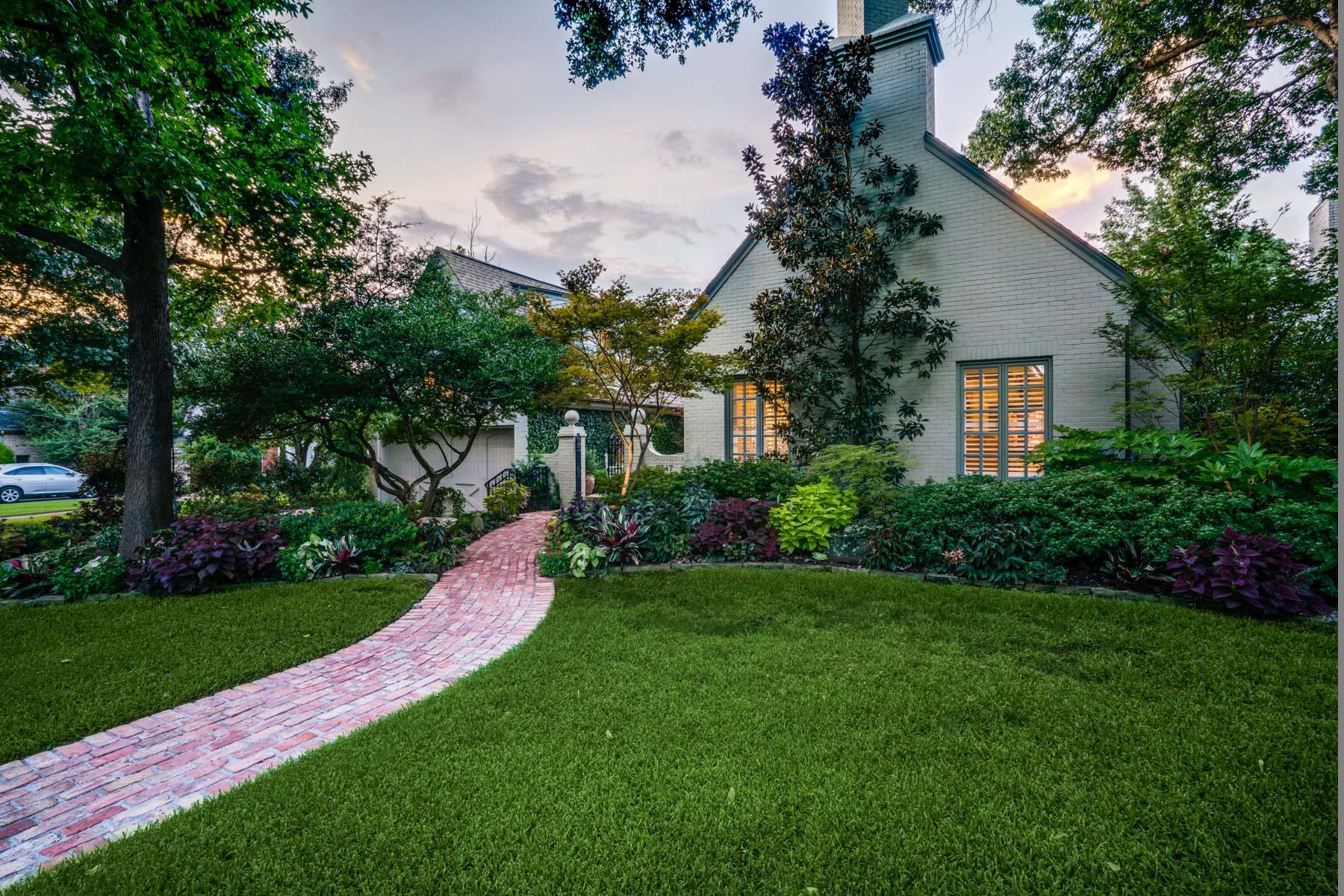 Частный односемейный дом для того Продажа на Romantic Traditional on the Greenbelt 5347 Montrose Dr Dallas, Техас, 75209 Соединенные Штаты