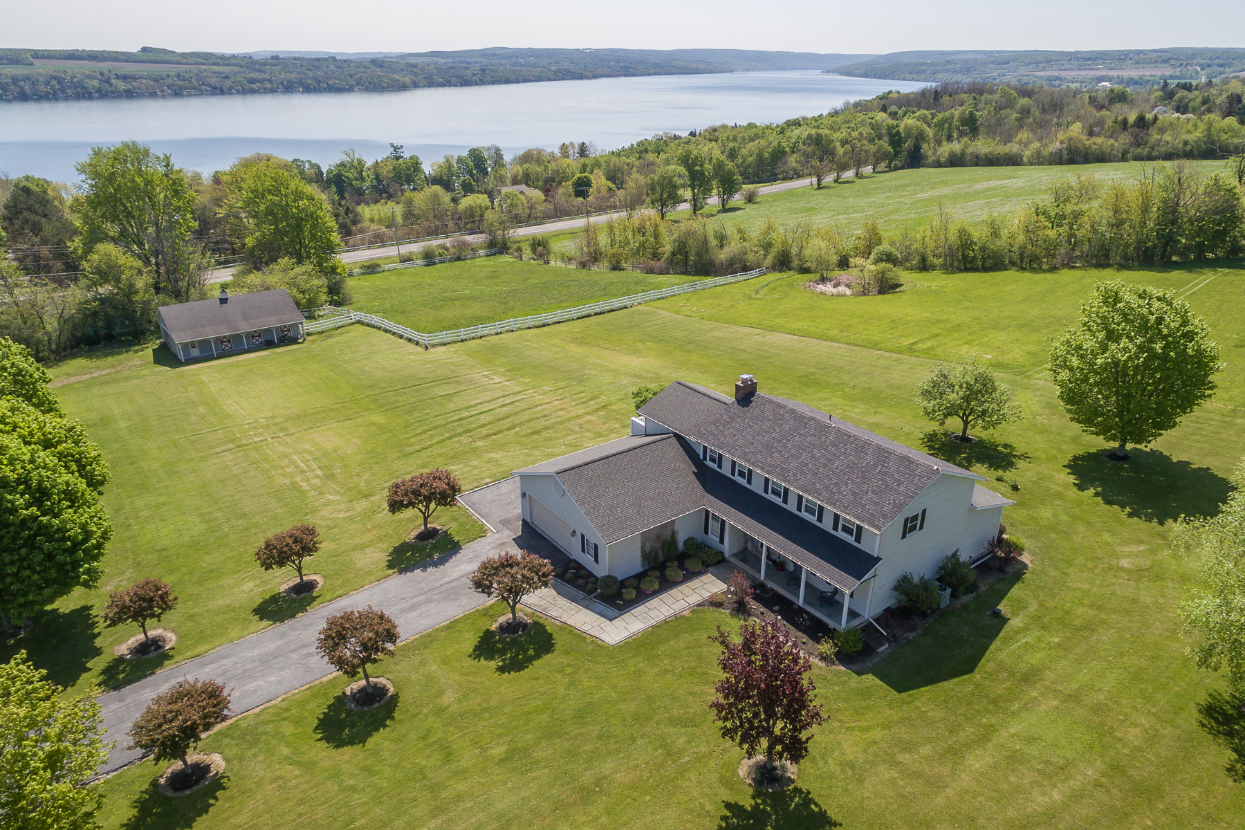 独户住宅 为 销售 在 Skaneateles Lake Views on 5.5 Acres 1300 Hencoop Rd Skaneateles, 纽约州 13152 美国