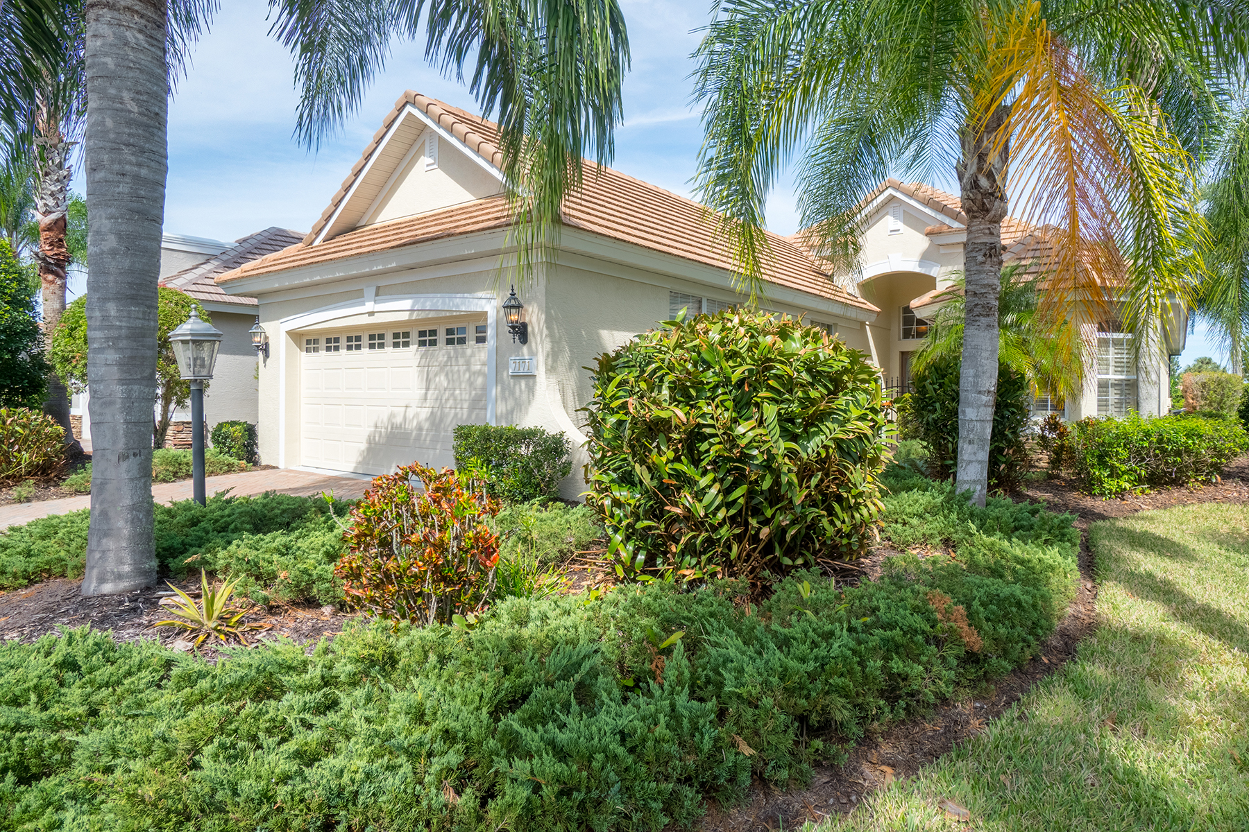 Single Family Home for Sale at SANDHILLS AT LAKEWOOD RANCH COUNTRY CLUB VILLAGE 7171 Sandhills Pl Lakewood Ranch, Florida, 34202 United States