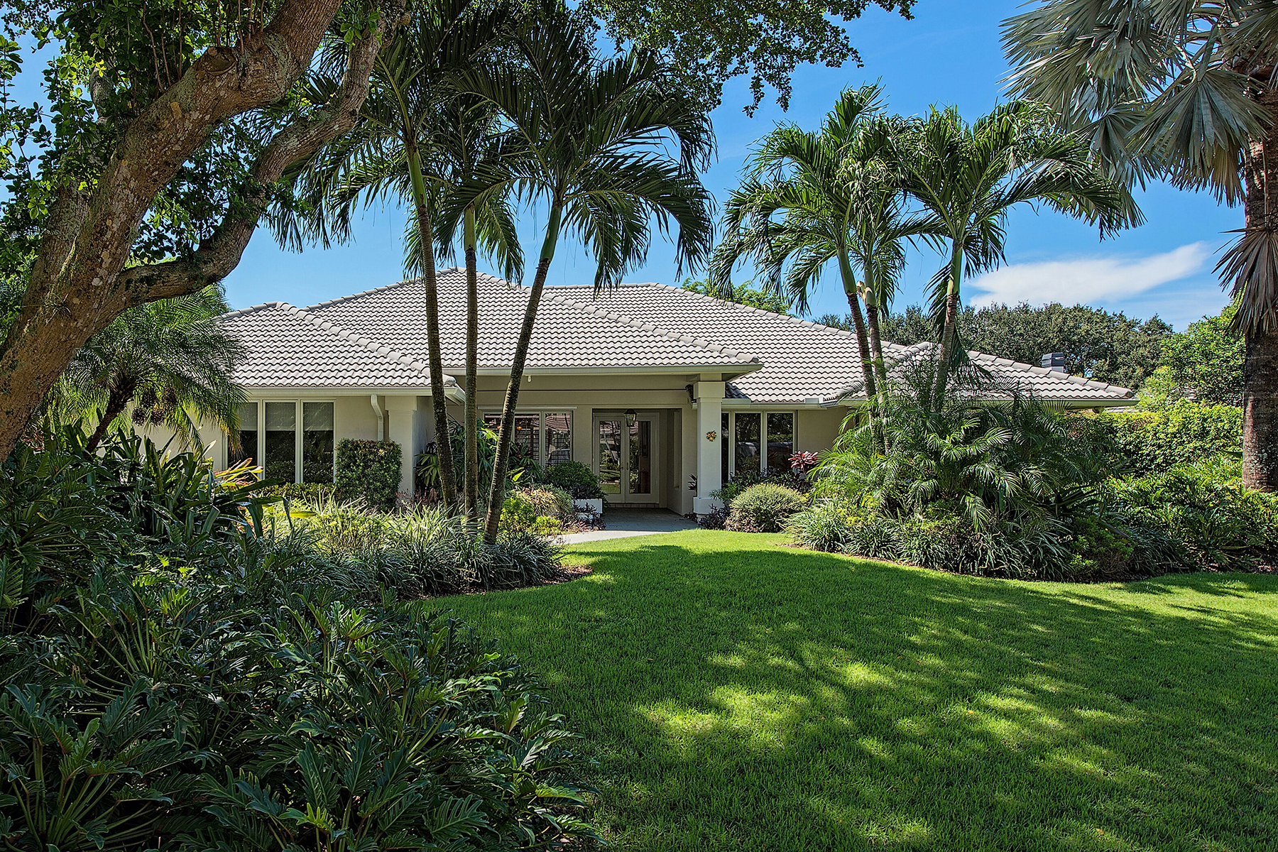 Vivienda unifamiliar por un Venta en PINECREST AT PELICAN BAY 804 Tallow Tree Ct Naples, Florida, 34108 Estados Unidos