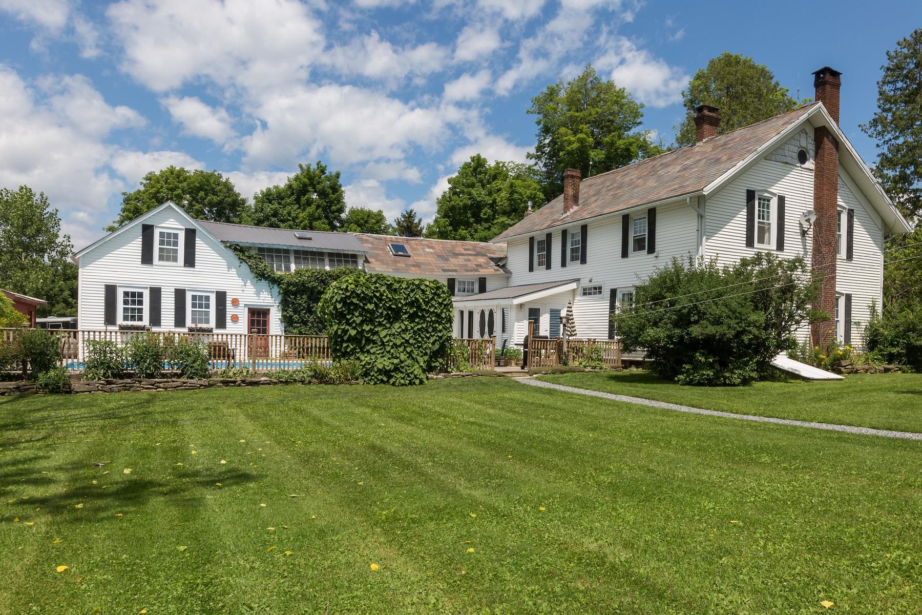 Maison unifamiliale pour l Vente à Spectacular Farmhouse 311 Hartman Rd Hudson Falls, New York 12839 États-Unis
