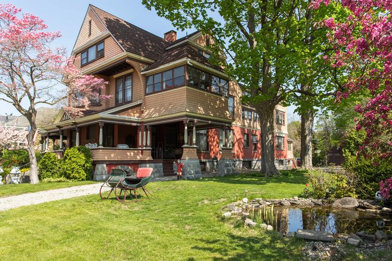 Частный односемейный дом для того Продажа на Exquisite Saratoga Trackside Victorian 203 Union Av Saratoga Springs, Нью-Йорк 12866 Соединенные Штаты