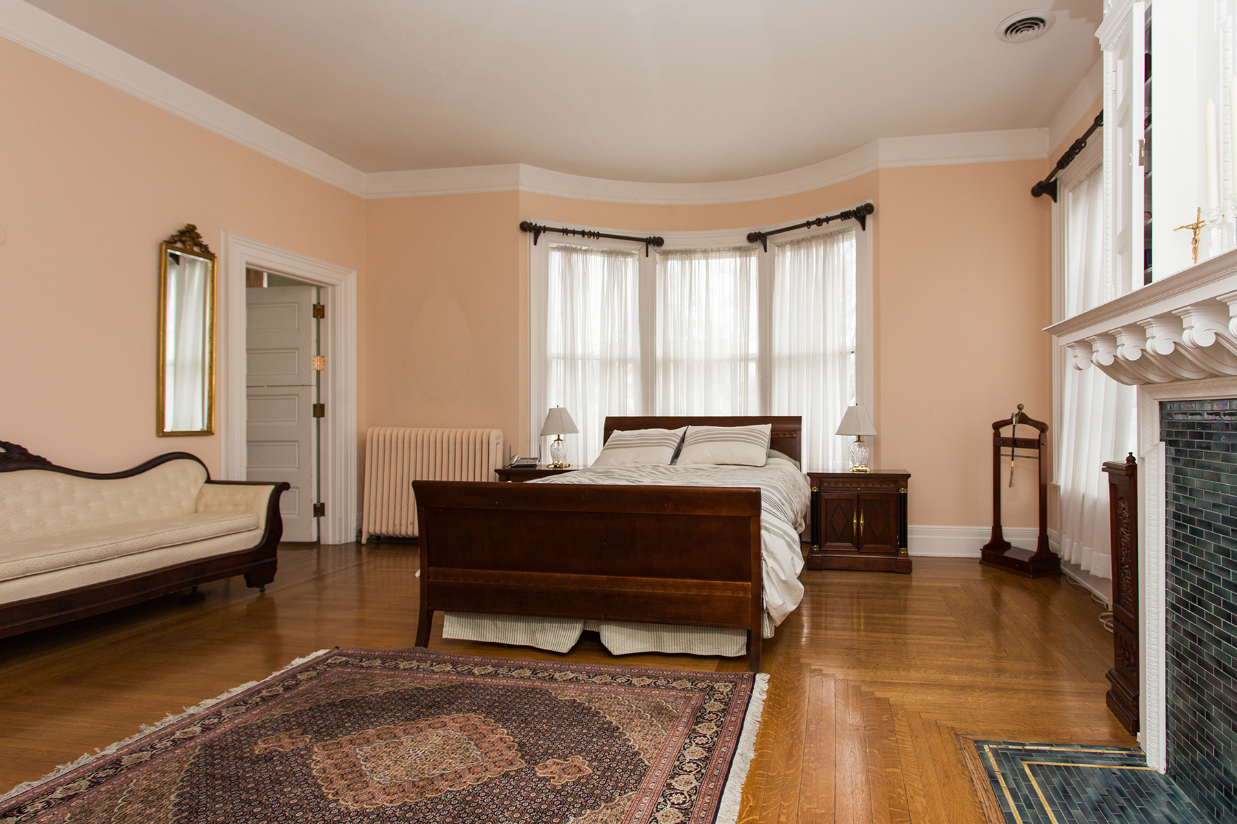 Additional photo for property listing at Downtown Saratoga Victorian Mansion 115  Circular St Saratoga Springs, Нью-Йорк 12866 Соединенные Штаты