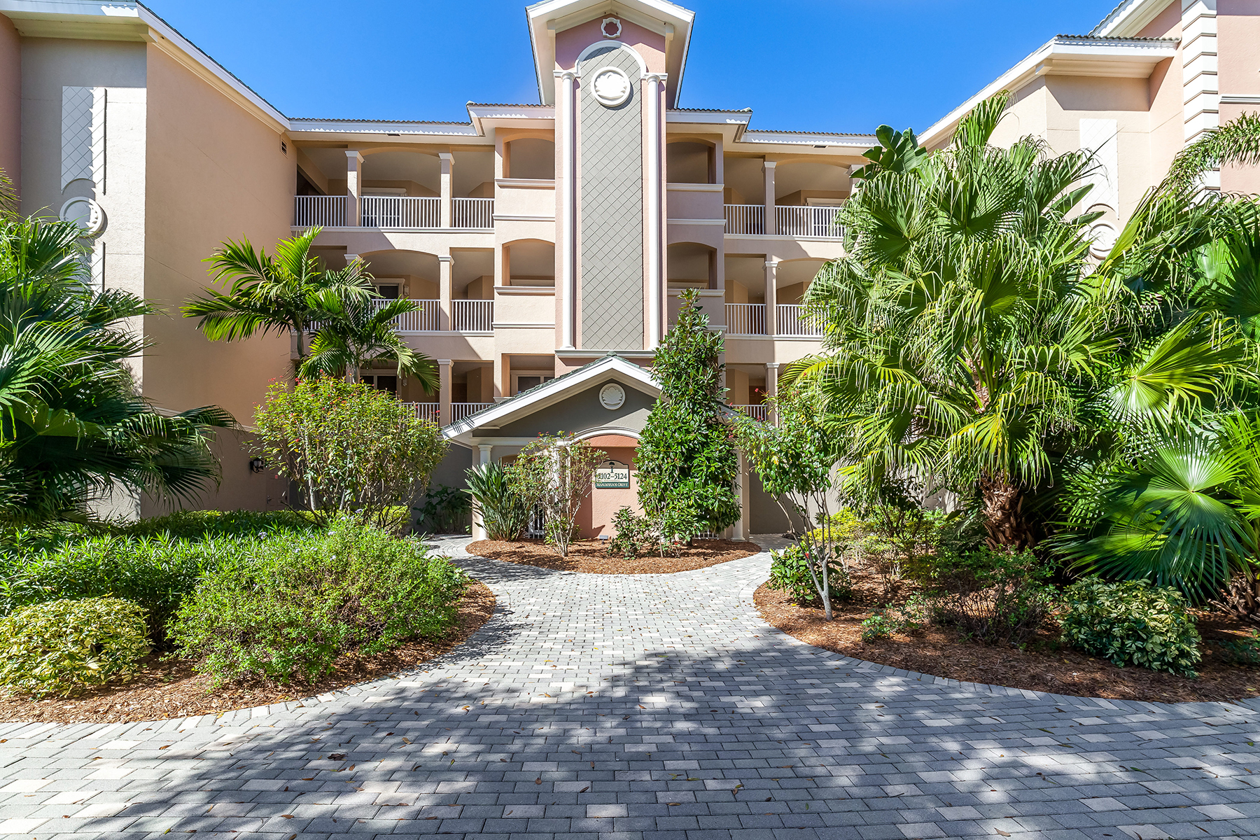 Copropriété pour l Vente à GRANDE OAKS PRESERVE 5102 Manorwood Dr 2D Sarasota, Florida, 34235 États-Unis