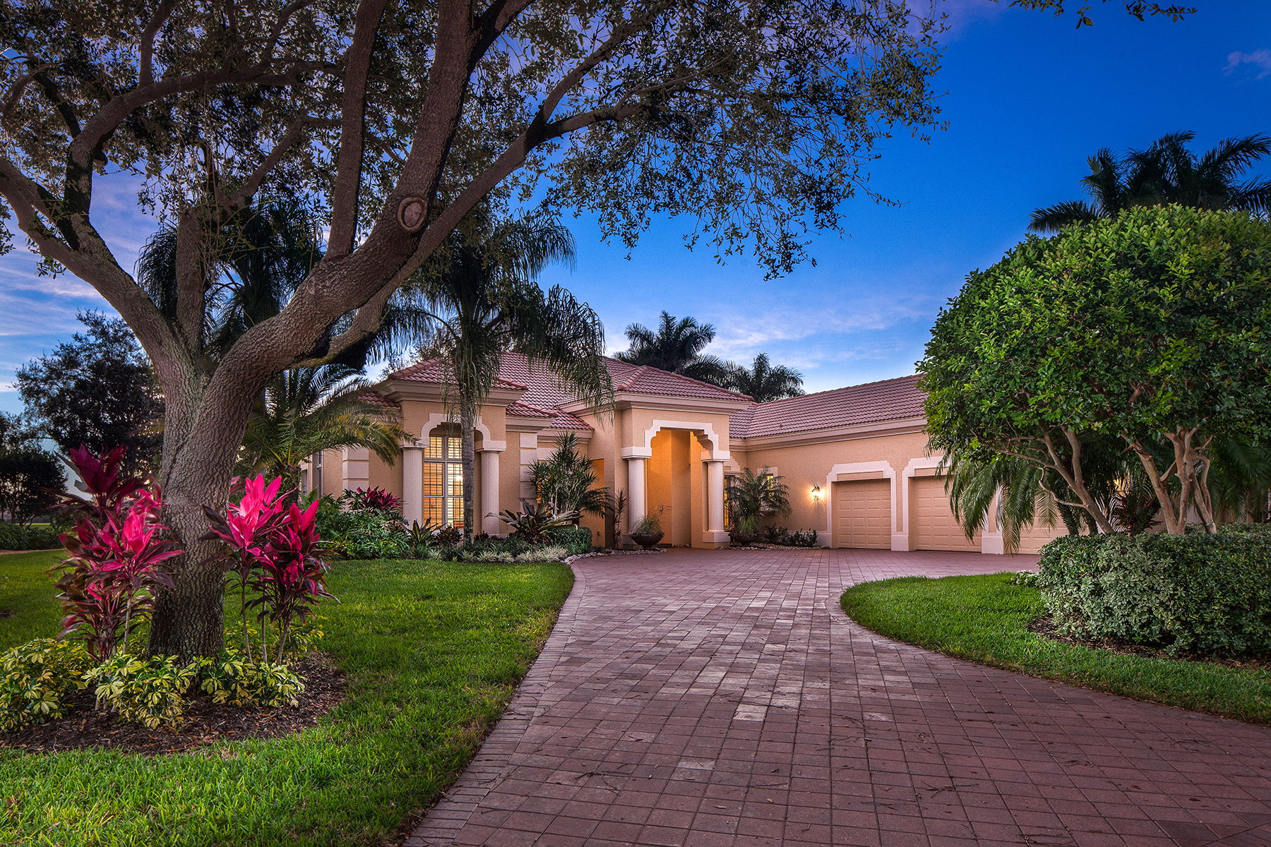 Casa Unifamiliar por un Venta en VINEYARDS - TERRACINA 448 Terracina Way Naples, Florida, 34119 Estados Unidos