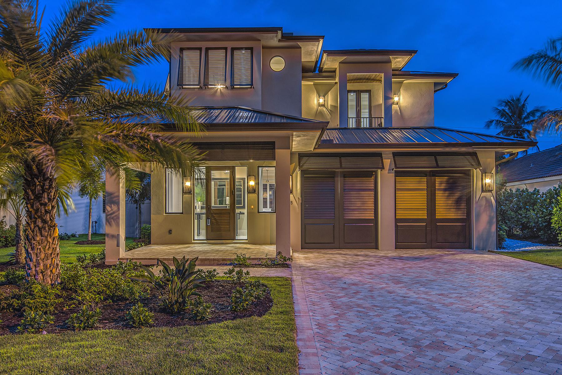 Casa Unifamiliar por un Venta en MOORINGS - FAIRWAY TERRACE 565 Fairway Naples, Florida, 34103 Estados Unidos