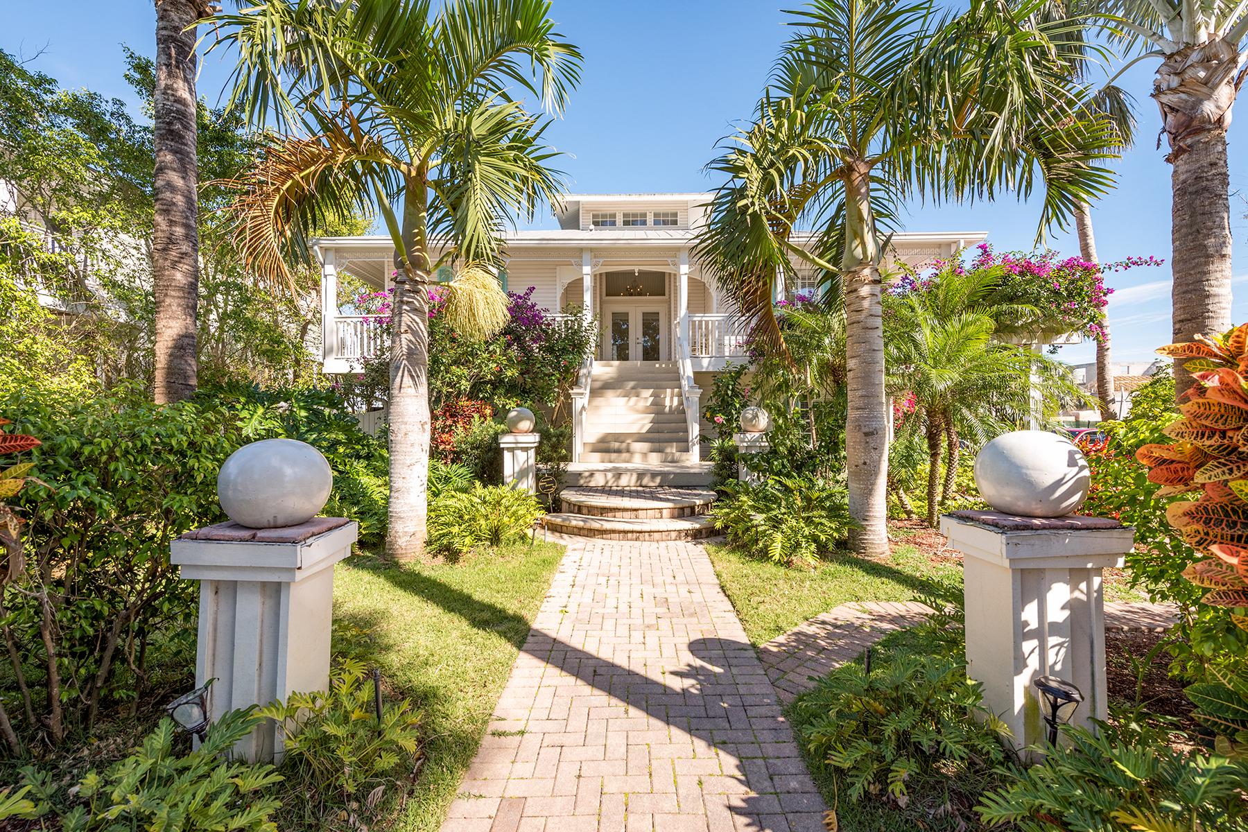 Maison unifamiliale pour l Vente à OLDE NAPLES 877 7th St S, Old Naples, Naples, Florida, 34102 États-Unis