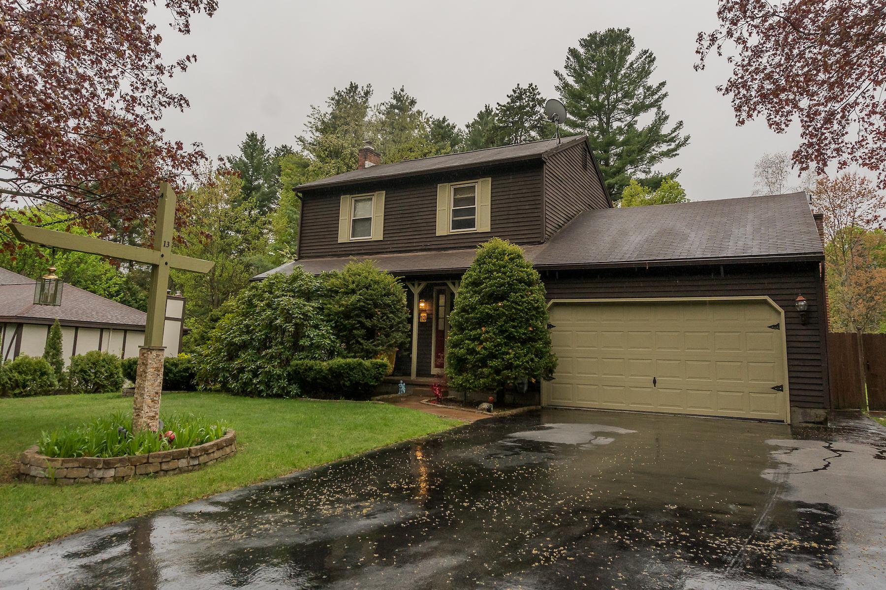 Частный односемейный дом для того Продажа на Colonial in Evergreen Estates 13 Helen Dr Queensbury, Нью-Йорк 12804 Соединенные Штаты