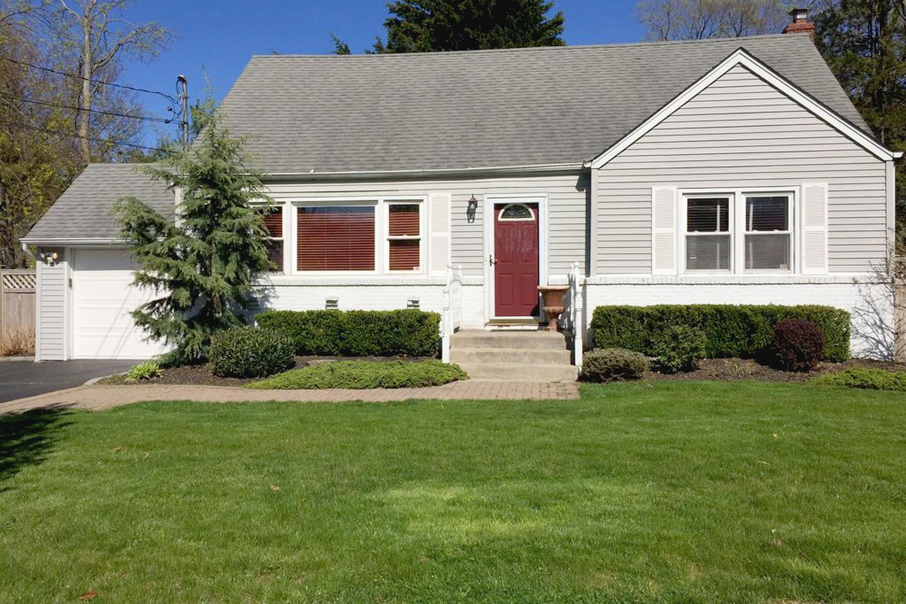 Частный односемейный дом для того Продажа на 130 Lodge Ave , Huntington Sta, NY 11746 130 Lodge Ave, Huntington Station, Нью-Йорк, 11746 Соединенные Штаты