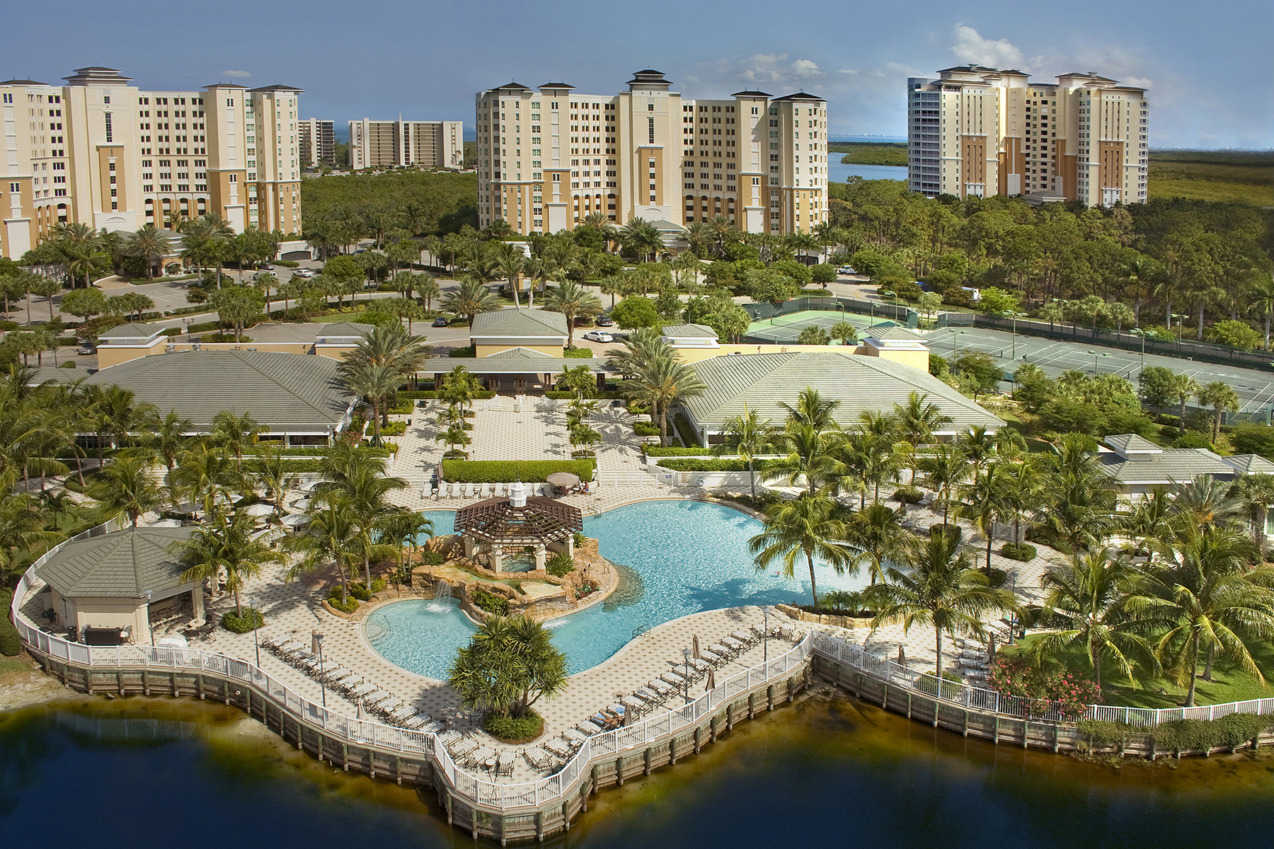 Condominio por un Venta en THE DUNES - GRANDE PHOENICIAN 275 Indies Way 706 Naples, Florida, 34110 Estados Unidos