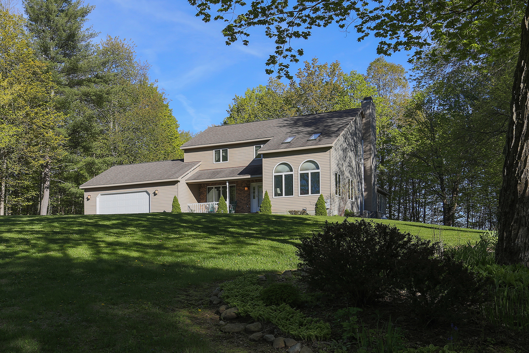 Single Family Home for Sale at Lakeview Casa 390 Lakeview Rd Broadalbin, New York 12025 United States