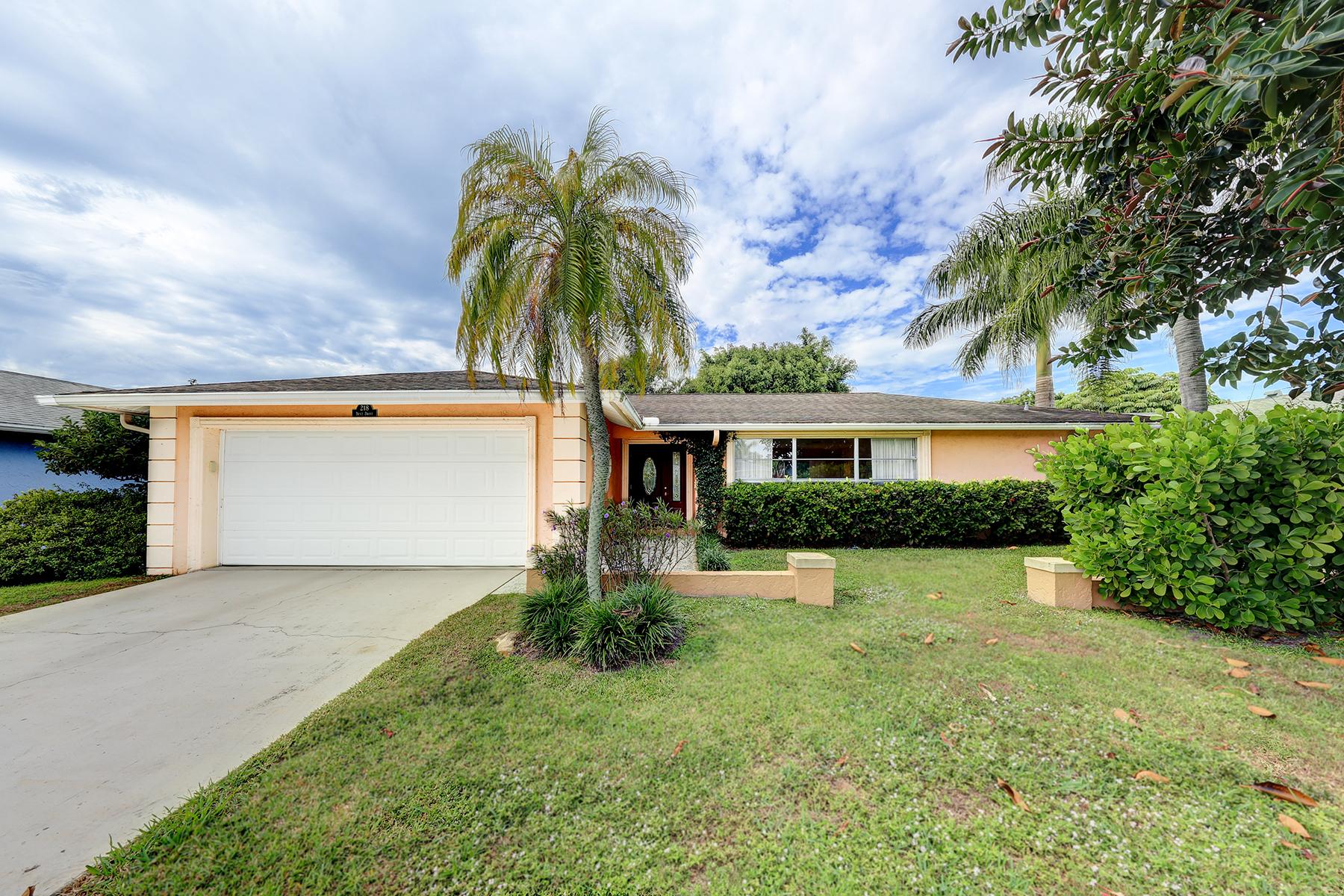 단독 가정 주택 용 매매 에 LAKEWOOD 218 Dent Dr Naples, 플로리다, 34112 미국