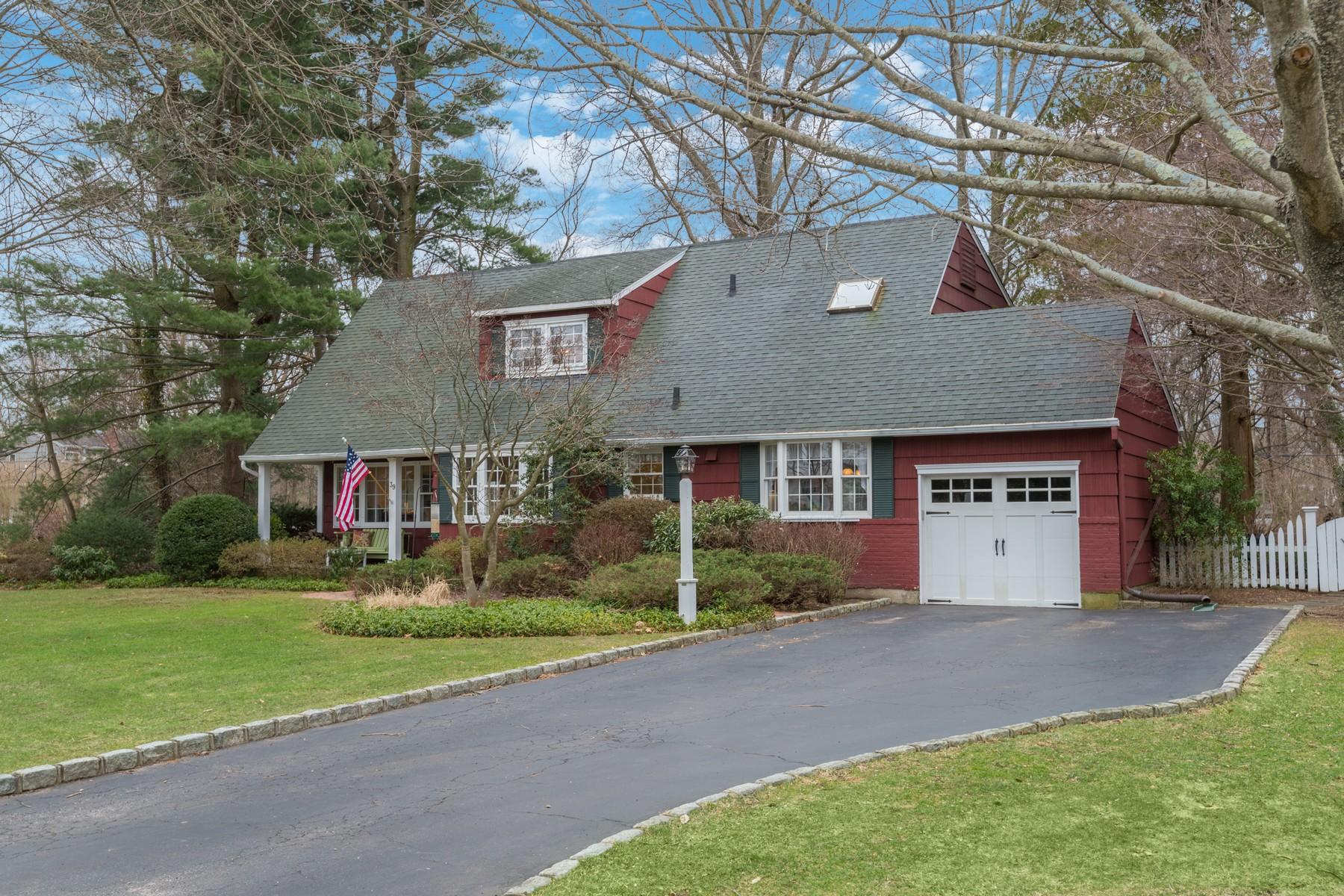 Частный односемейный дом для того Продажа на 39 Carnegie Ave , Huntington, NY 11743 39 Carnegie Ave, Huntington, Нью-Йорк, 11743 Соединенные Штаты