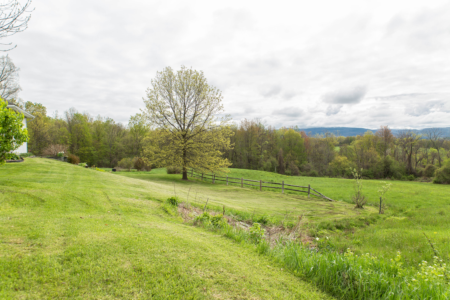 Additional photo for property listing at Elegant Custom Home 240  Beechwood Rd Hoosick Falls, New York 12090 États-Unis