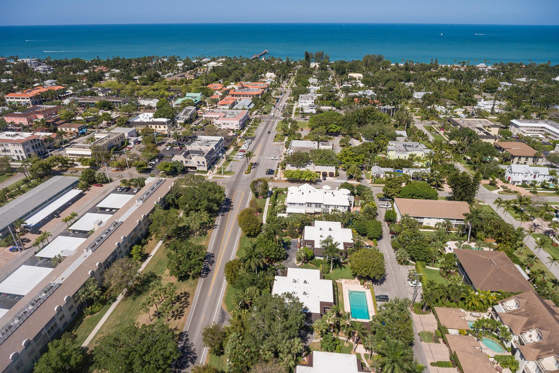 Nhà chung cư vì Bán tại OLD NAPLES - OLD NAPLES VILLAS 465 Broad Ave S 2B Naples, Florida, 34102 Hoa Kỳ