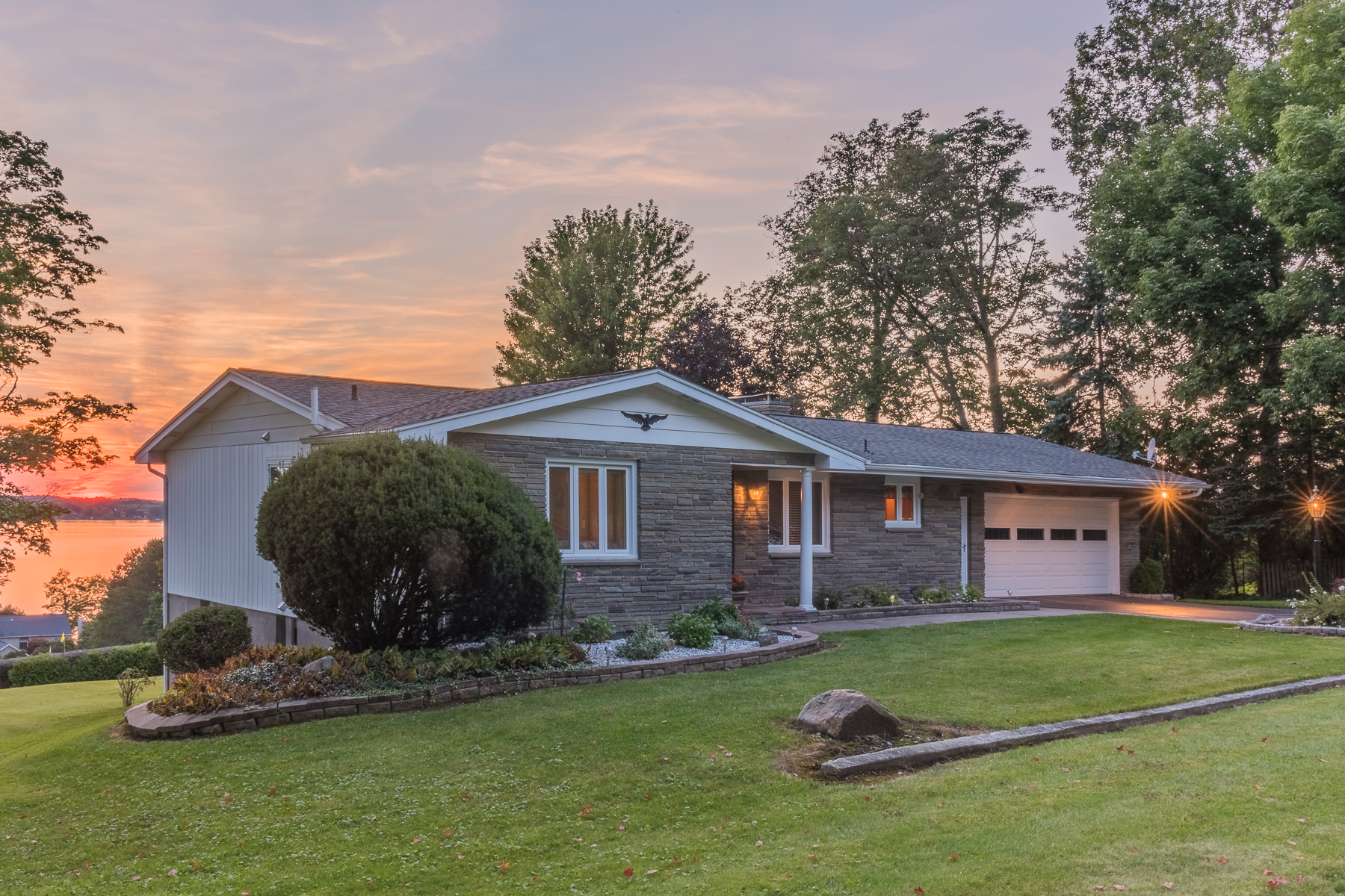 Частный односемейный дом для того Продажа на Updated Ranch with Lake Views 6109 E Lake Rd Owasco, Нью-Йорк 13021 Соединенные Штаты