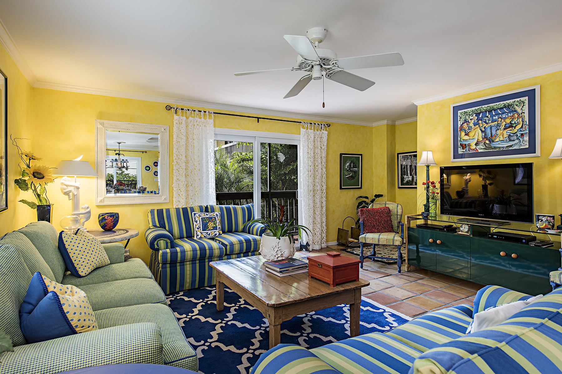 Maison accolée pour l Vente à OLD NAPLES - NAPLES MARINA VILLAS 995 9th Ave S 6 Naples, Florida, 34102 États-Unis