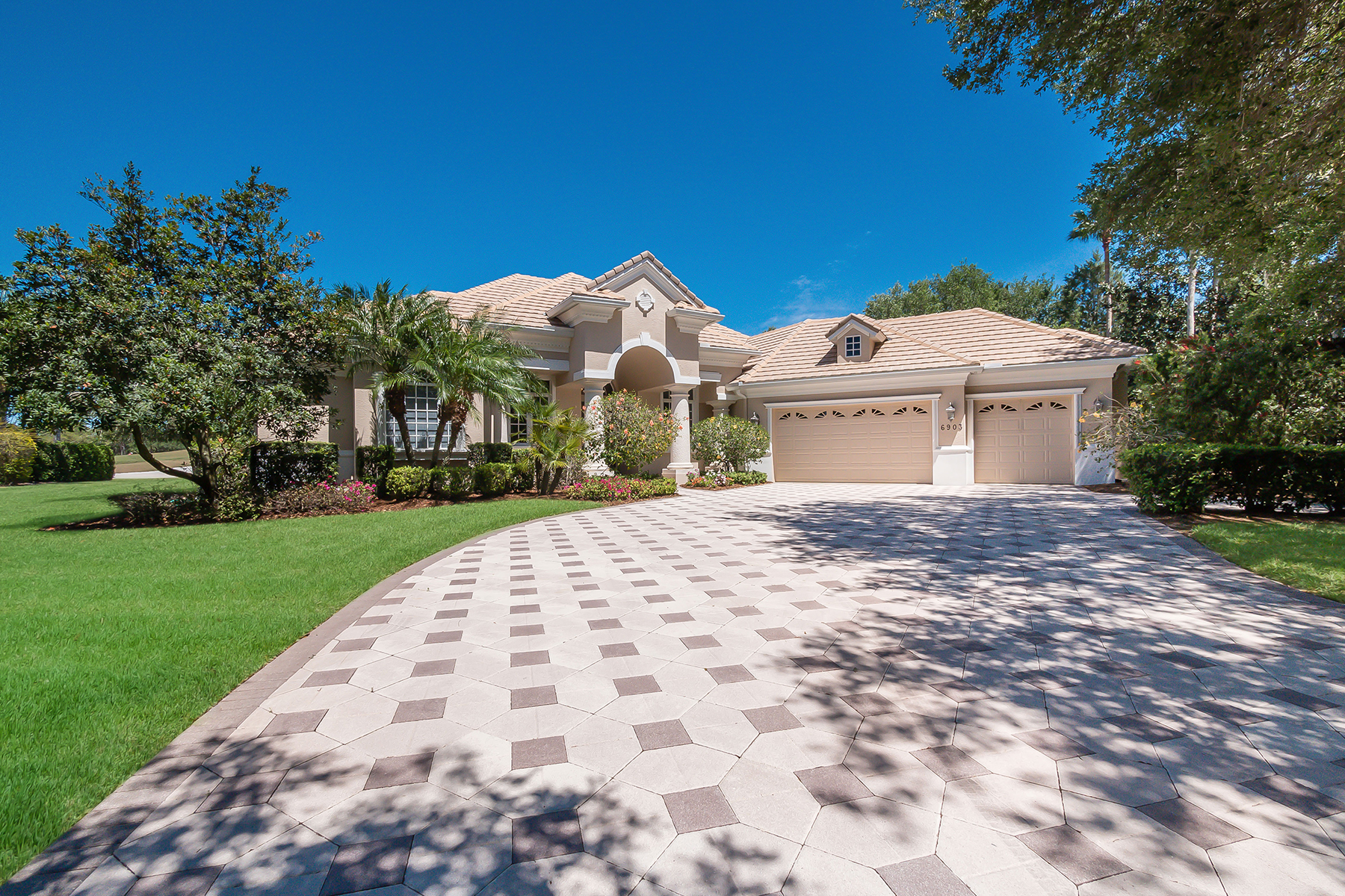 Single Family Home for Sale at LAKEWOOD RANCH 6903 Westchester Cir Lakewood Ranch, Florida, 34202 United States
