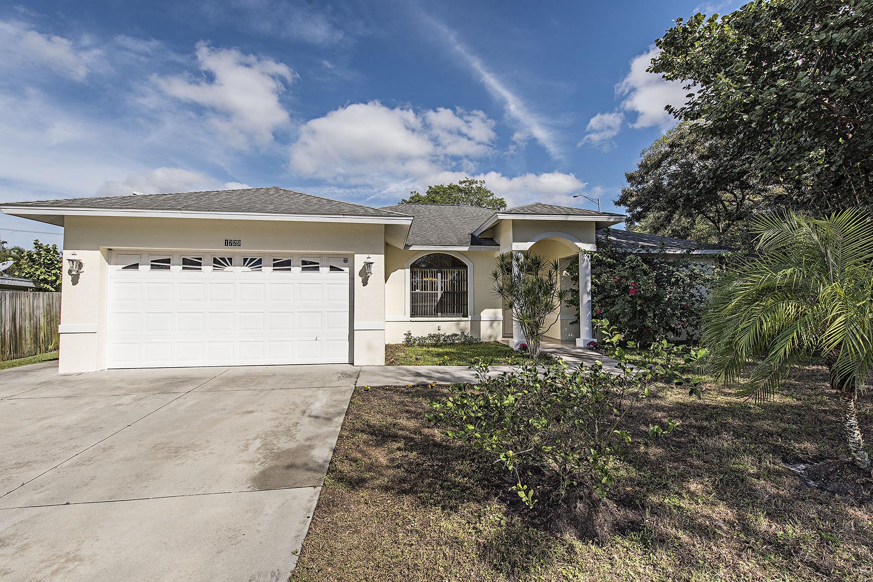 Nhà ở một gia đình vì Bán tại FOREST LAKES 1729 Camelia Ln Naples, Florida, 34105 Hoa Kỳ
