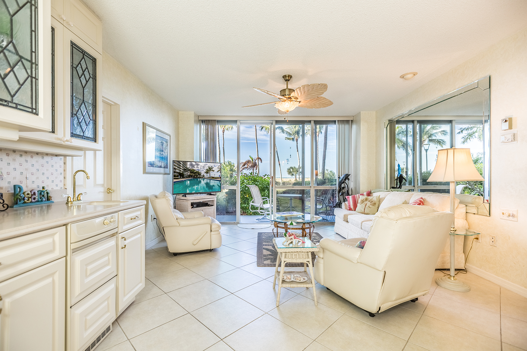 Condominio por un Venta en MARCO ISLAND - ADMIRALTY HOUSE 140 Seaview Ct 103N Marco Island, Florida, 34145 Estados Unidos