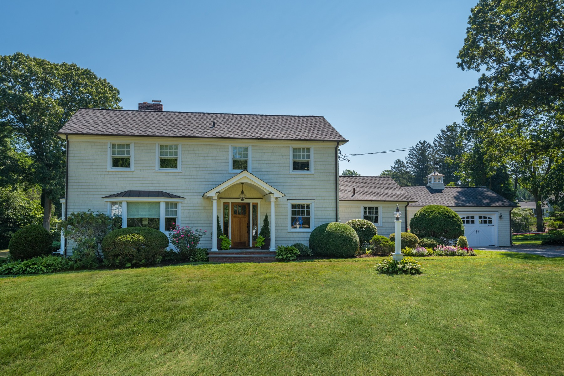 Maison unifamiliale pour l Vente à 10 Howard Dr , Huntington, NY 11743 10 Howard Dr Huntington, New York 11743 États-Unis