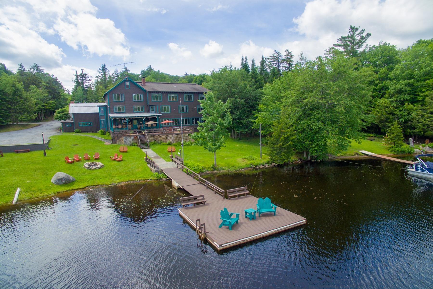 Otras residenciales por un Venta en Adirondack Inn on Big Moose Lake 1510 Big Moose Rd Eagle Bay, Nueva York 13331 Estados Unidos