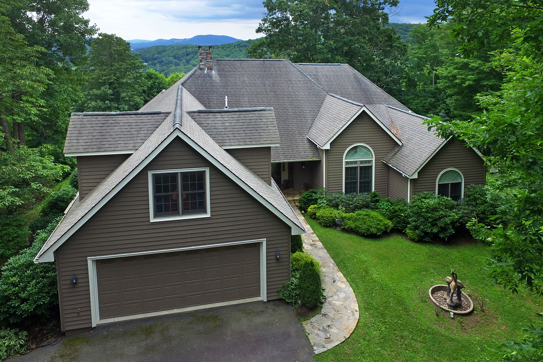 واحد منزل الأسرة للـ Sale في NEWLAND - MOUNTAIN GLEN 513 Laurel Ln Newland, North Carolina, 28657 United States
