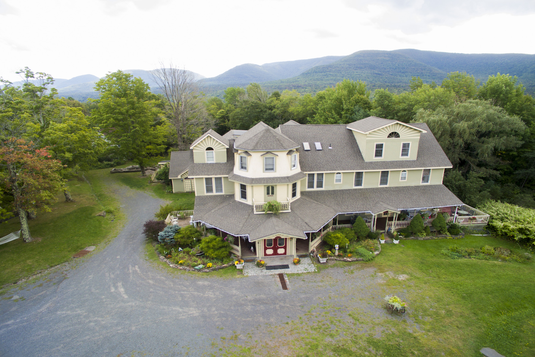 其它住宅 为 销售 在 Victorian Home on The Rip Van Winkle Trail 6629 Route 23A Tannersville, 纽约州 12442 美国