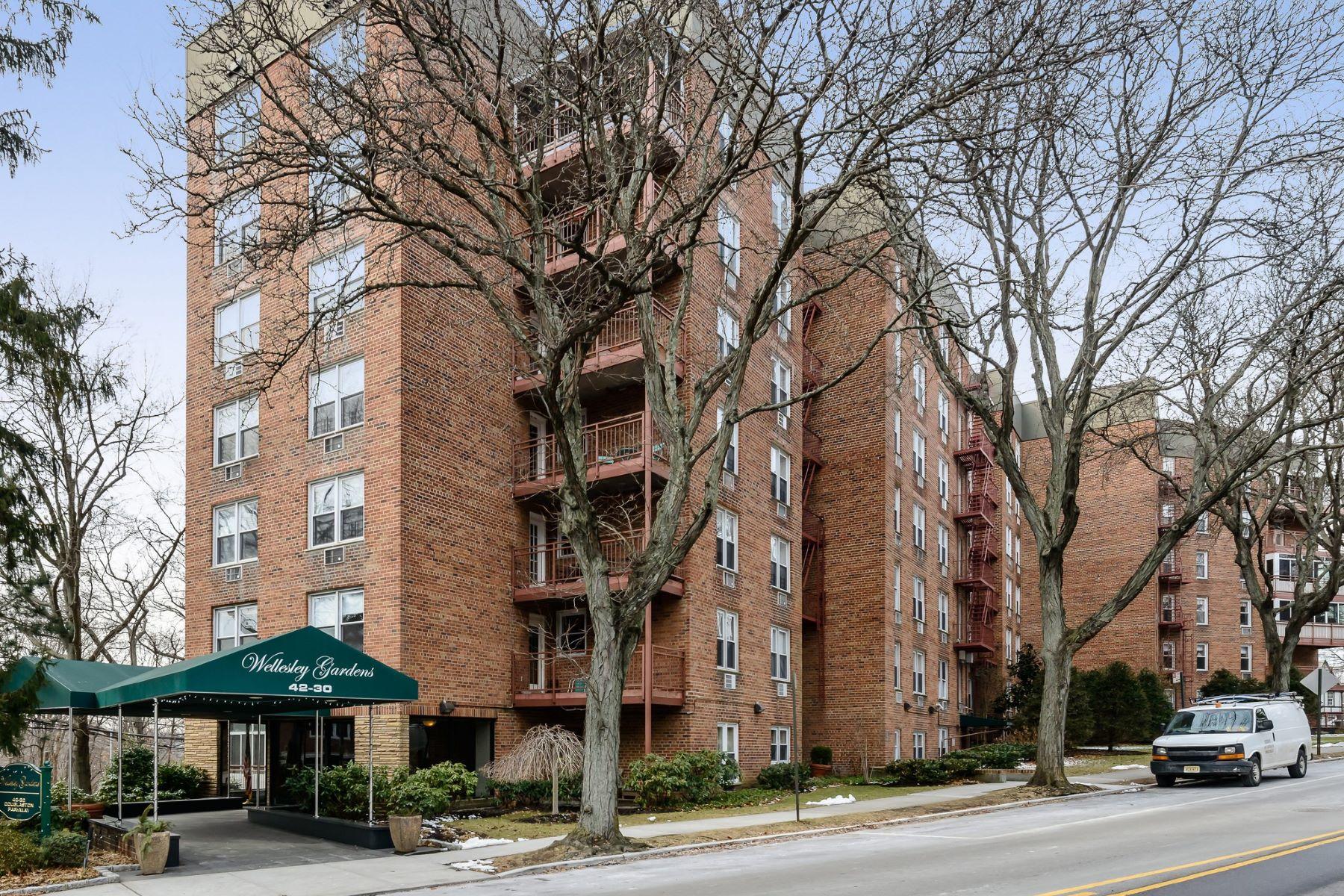 合作公寓 为 销售 在 42-30 Douglaston , Douglaston, NY 11363 42-30 Douglaston 6N, 道格拉斯顿, 纽约州, 11363 美国