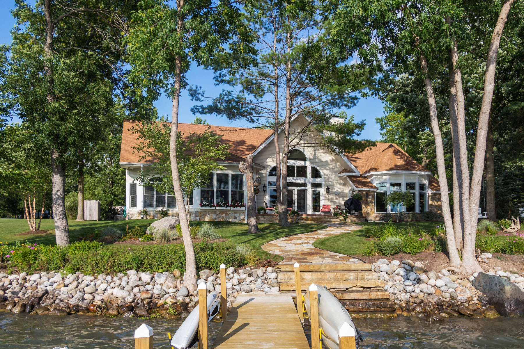 Casa Unifamiliar por un Venta en Custom Waterfront Home on Lake George 212 Black Point Road Ticonderoga, Nueva York 12883 Estados UnidosEn/Alrededor: Lake George
