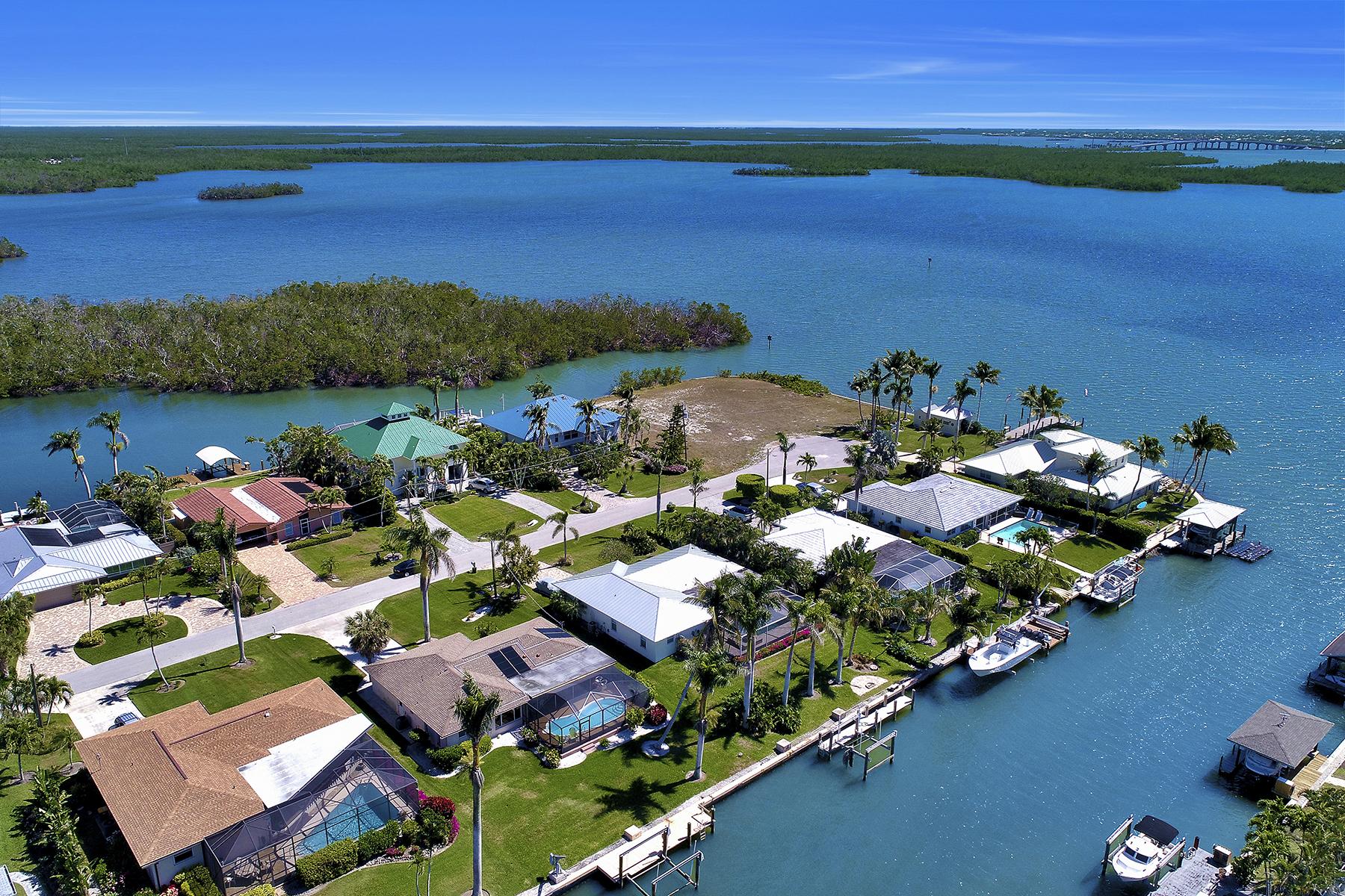 Single Family Home for Sale at ISLES OFCAPRI 422 San Juan Ave, Naples, Florida, 34113 United States