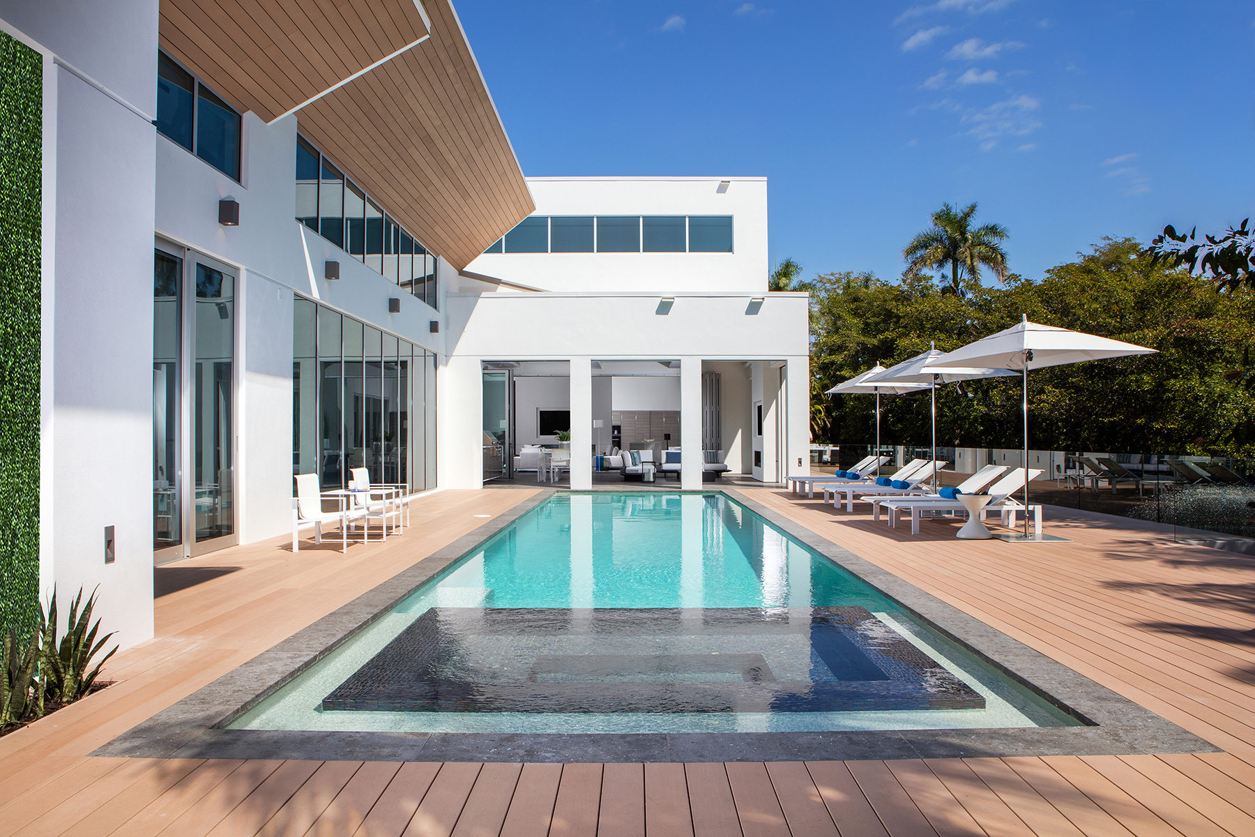 Casa Unifamiliar por un Venta en AQUALANE SHORES 2211 South Winds Dr Naples, Florida 34102 Estados Unidos