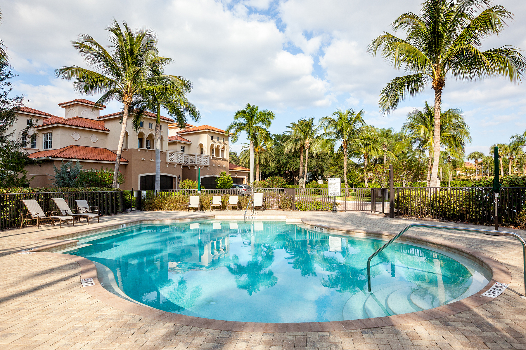 Condomínio para Venda às PELICAN BAY - CANNES 6501 Crown Colony Pl 4-201 Naples, Florida, 34108 Estados Unidos