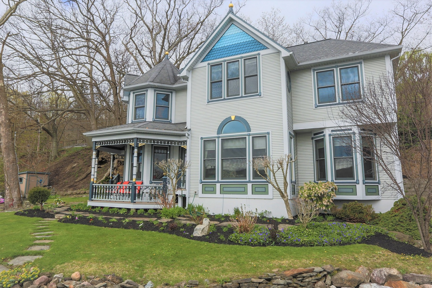 Casa Unifamiliar por un Venta en Lovely Painted Lady on Keuka Lake 6909/6896 E Bluff Dr Penn Yan, Nueva York 14527 Estados Unidos