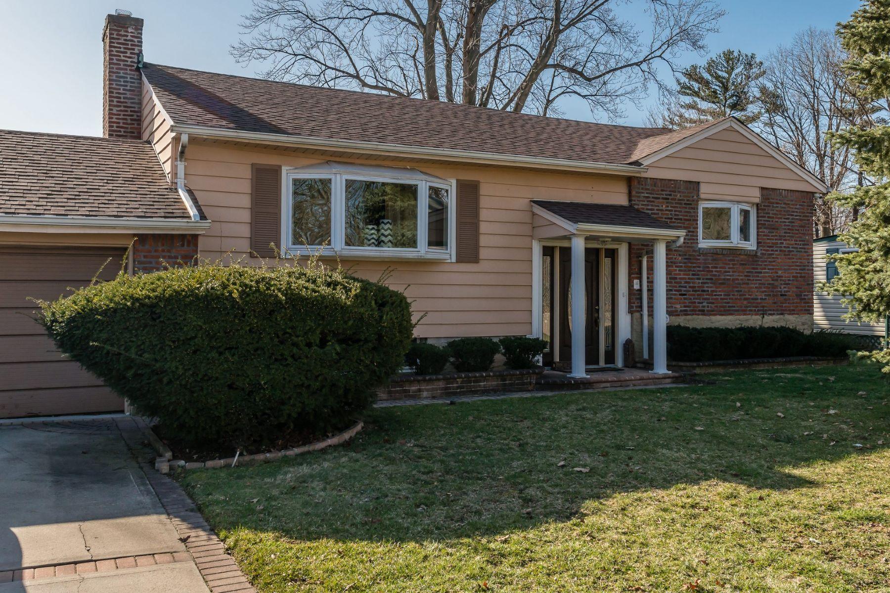 واحد منزل الأسرة للـ Sale في 7 Peconic Ct , Westbury, NY 11590 7 Peconic Ct, Westbury, New York, 11590 United States