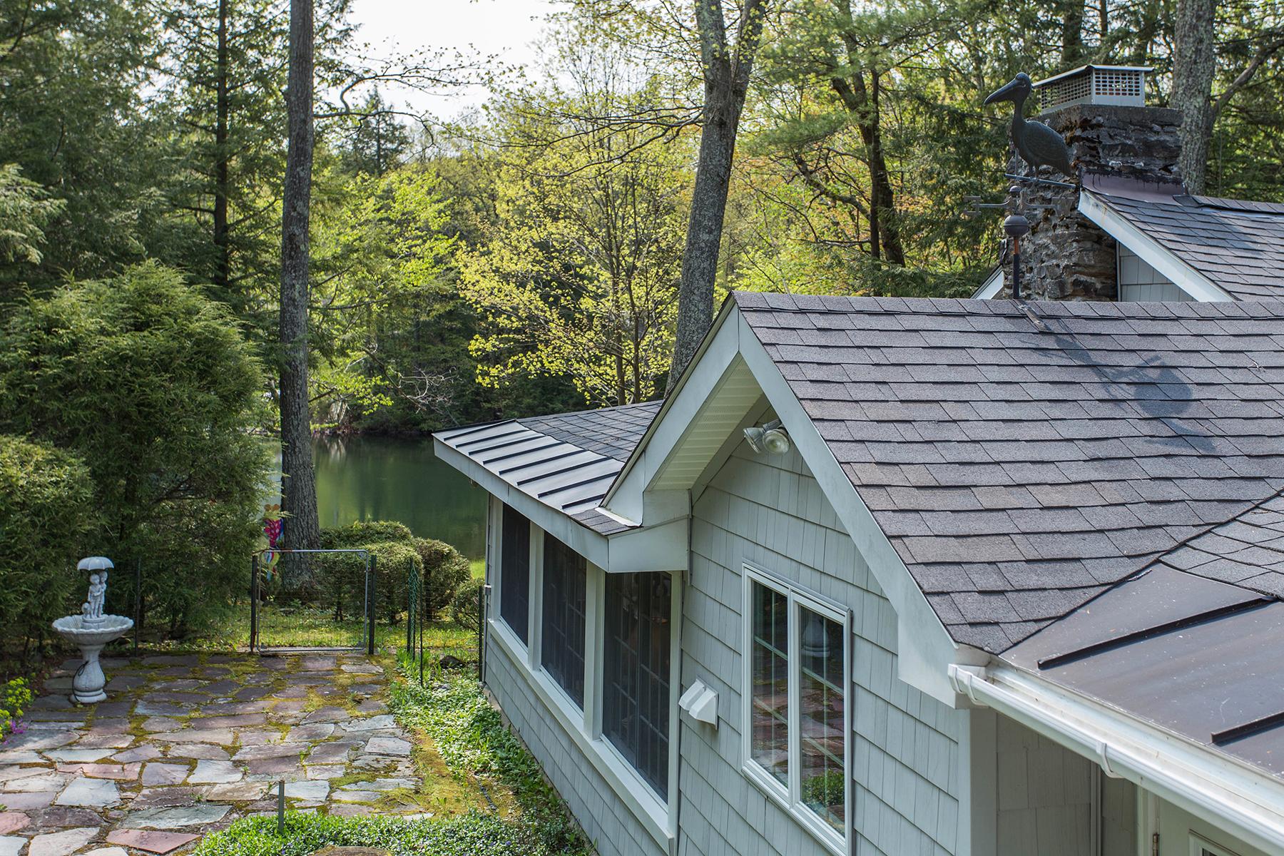 Частный односемейный дом для того Продажа на Cottage on Babcock Lake 10 North Shore Rd Petersburgh, Нью-Йорк 12138 Соединенные Штаты