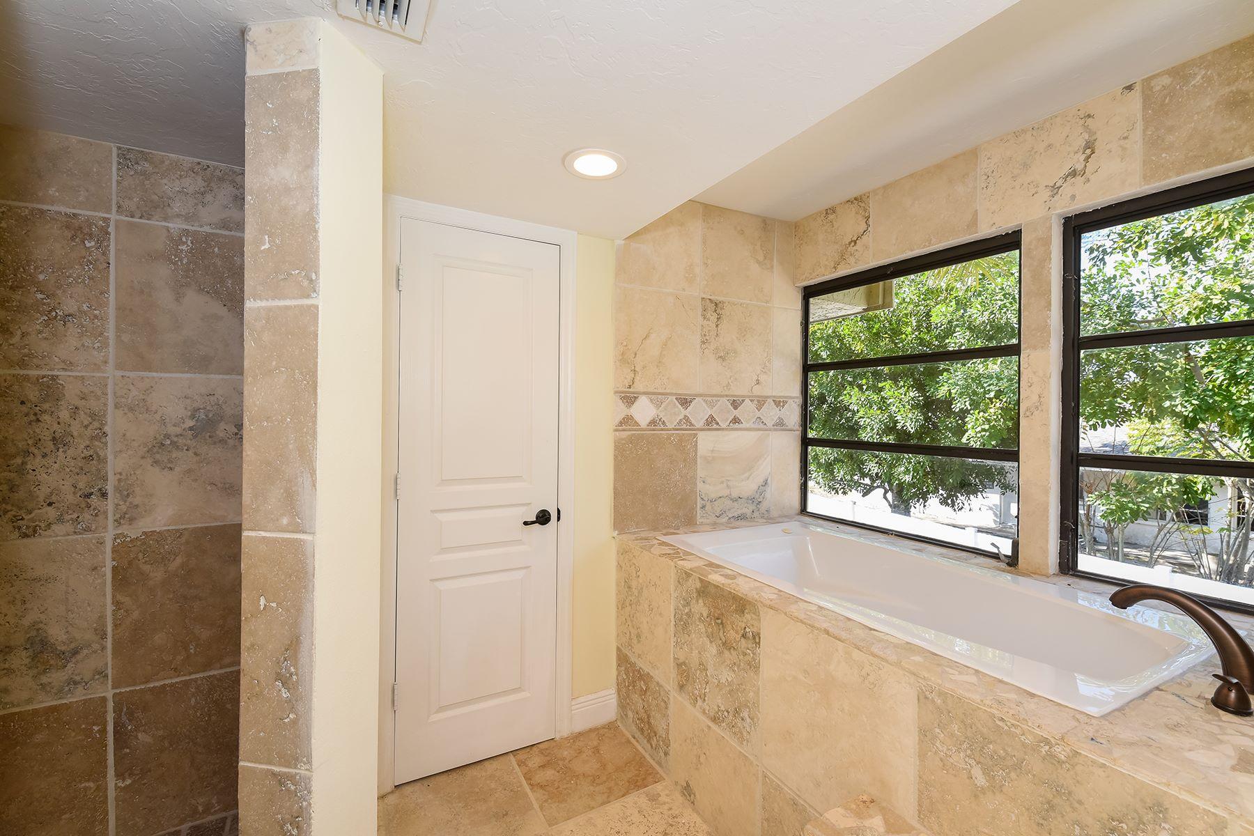 Частный односемейный дом для того Продажа на SUNSET BAY 1521 Siesta Dr Sarasota, Флорида, 34239 Соединенные Штаты