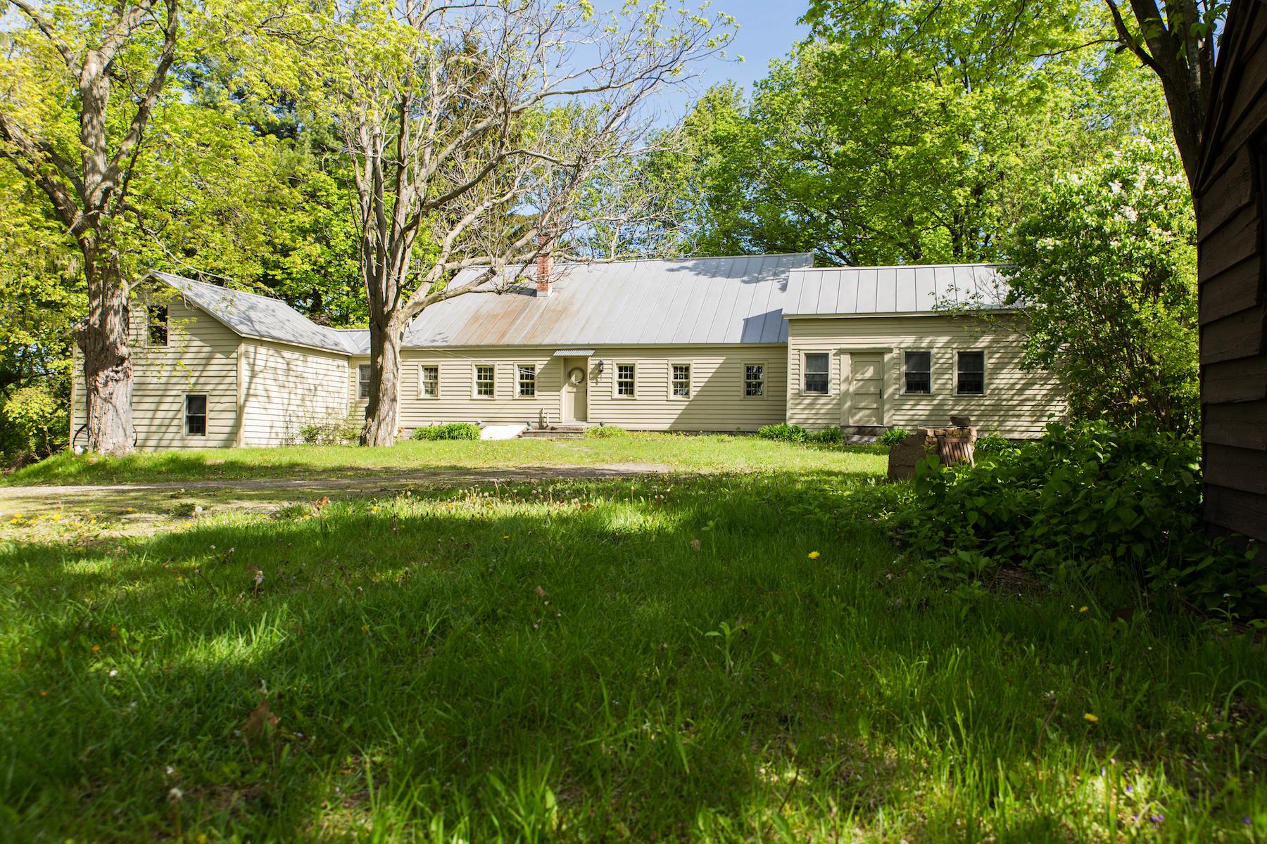 Maison unifamiliale pour l Vente à Restored Farmhouse in a Quiet and Peaceful Setting 433 Bullock Rd Slingerlands, New York 12159 États-Unis